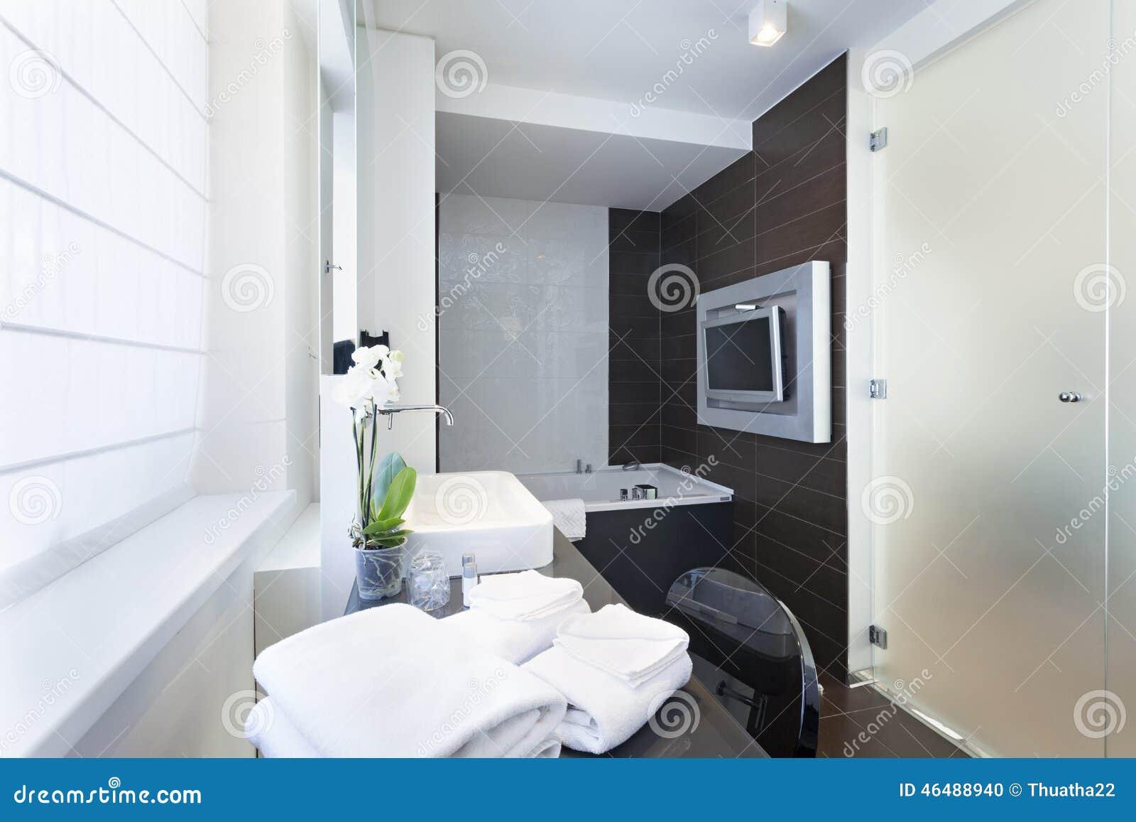 Interno di lusso del bagno con la tv fissata al muro fotografia