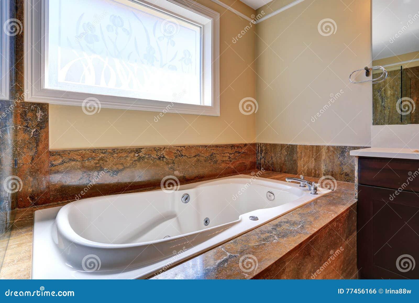 Vasca Da Bagno Disegno : Interno di lusso del bagno con la vasca da bagno bianca con