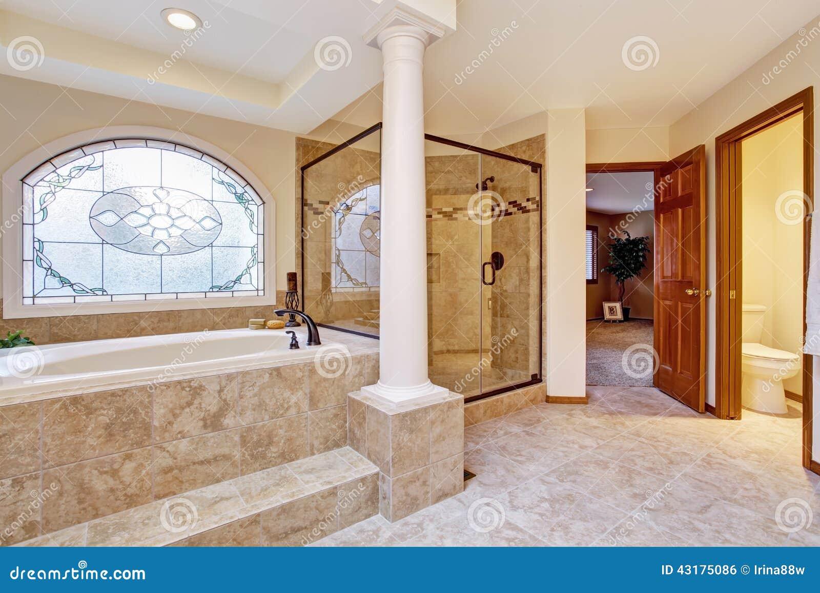 Interno di lusso del bagno con le colonne fotografia stock