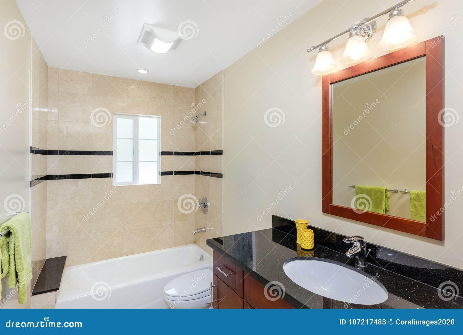 Interno di lusso del bagno moderno con lo specchio with disegni di bagni moderni - Disegni bagni moderni ...