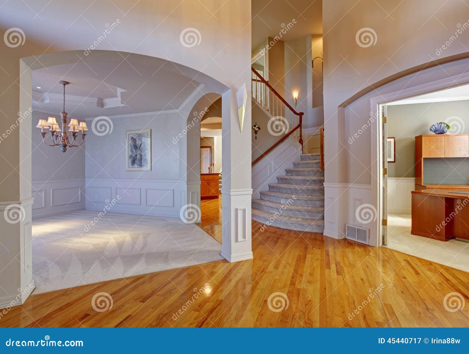 Interno di lusso della casa con gli archi ed il soffitto for Case di lusso interni foto