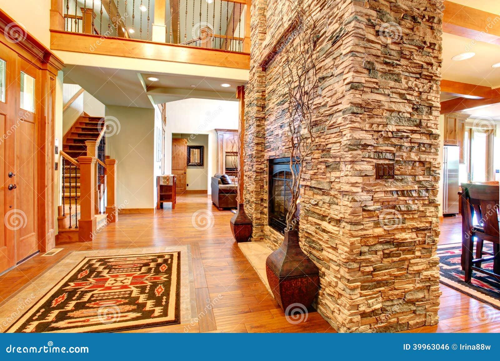Interno di lusso della casa. parete di pietra con il camino ...