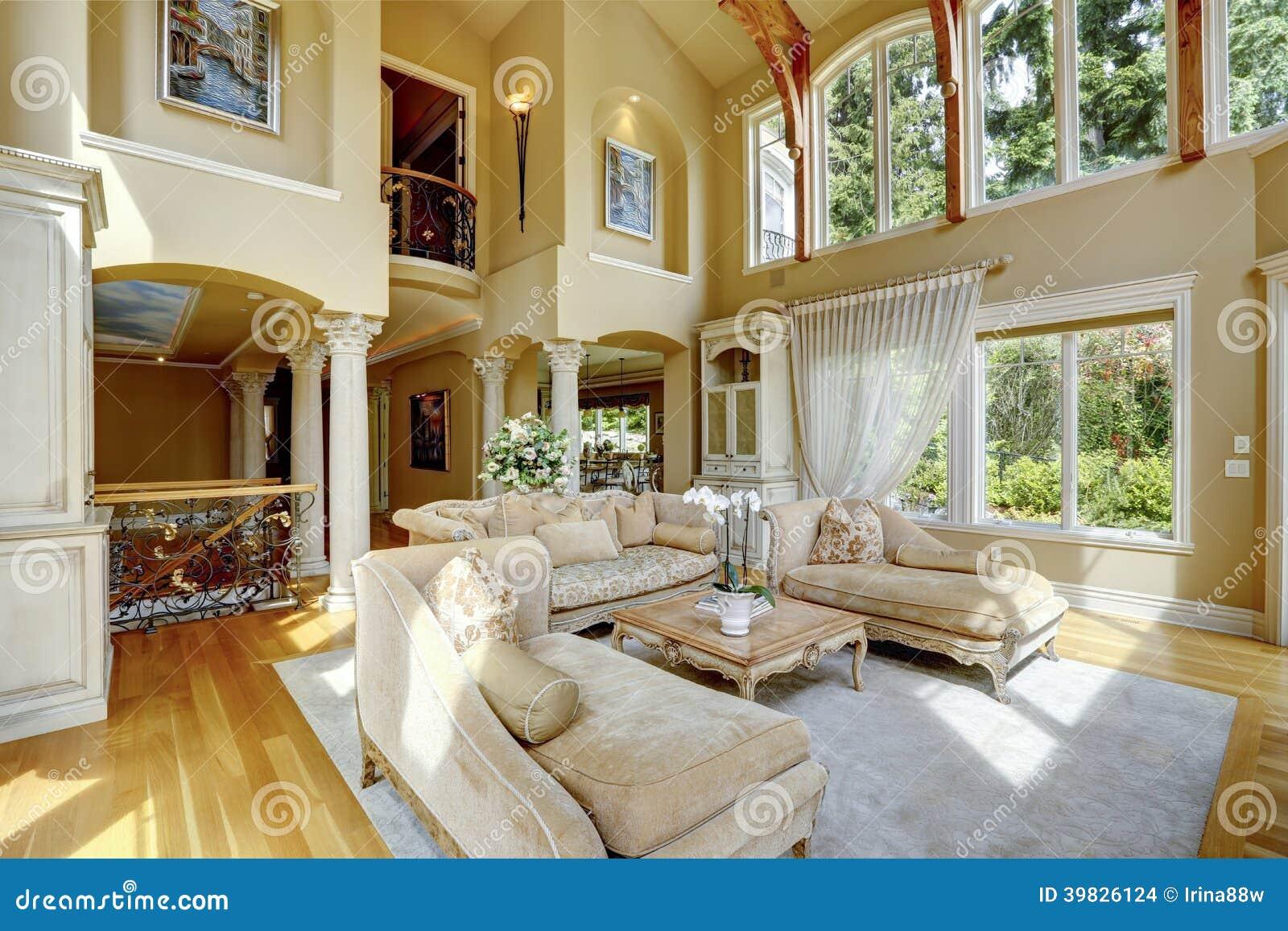 Interno di lusso della casa salone fotografia stock for Planimetrie della casa di gambrel