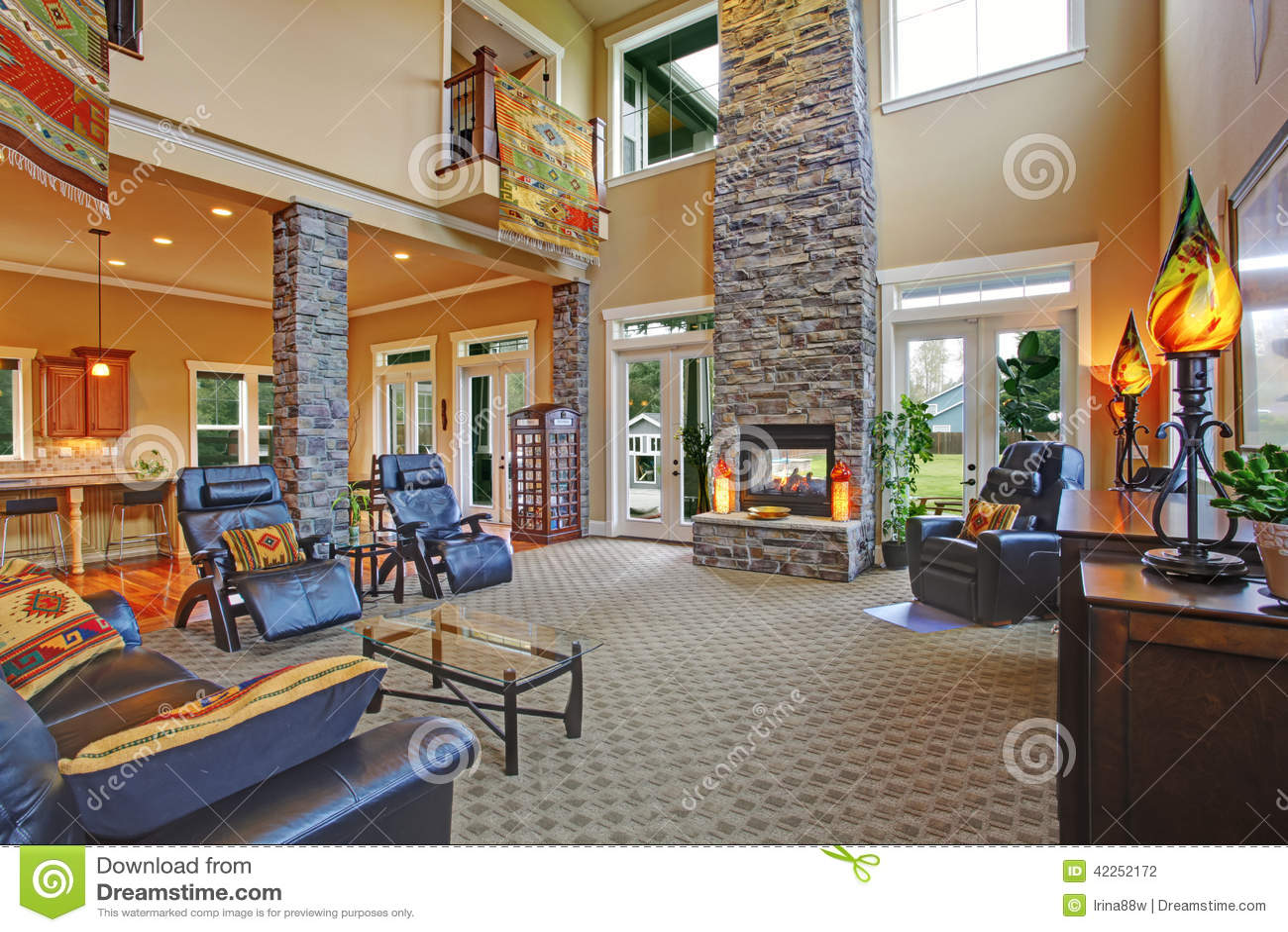 Interno di lusso della casa salone con il camino for Interno 7 luxury rooms