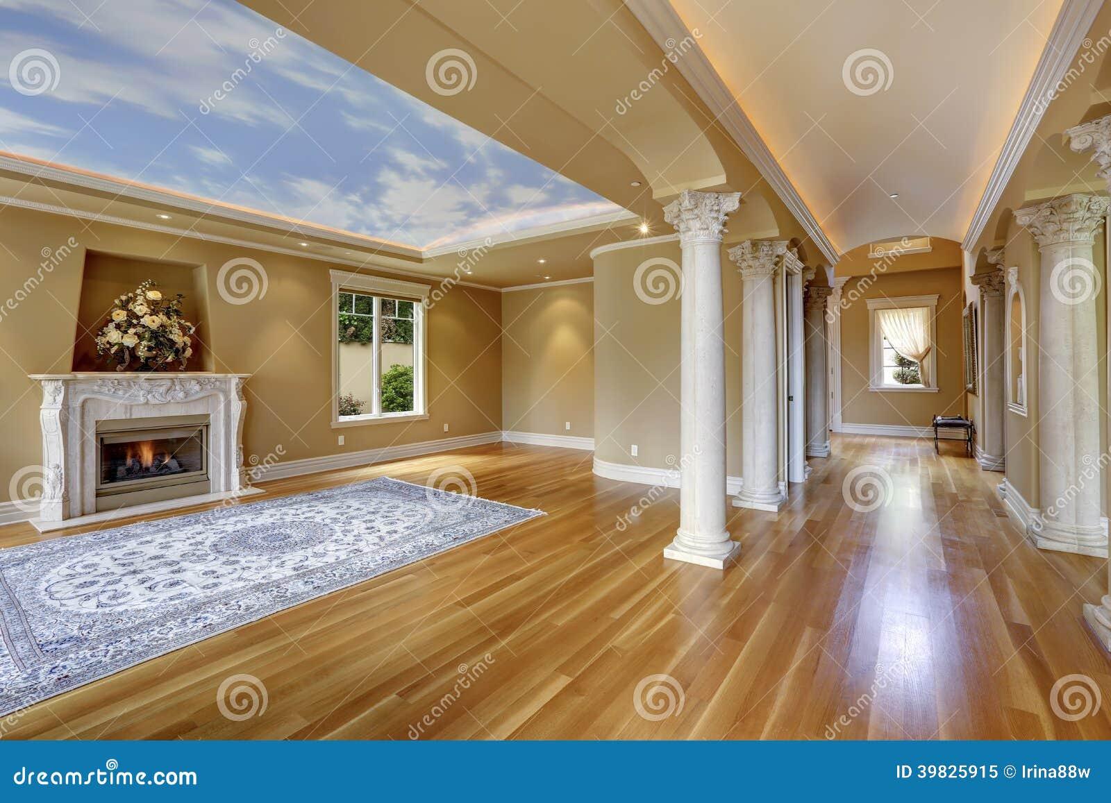 Interno di lusso della casa salone con la colonna for Foto di saloni