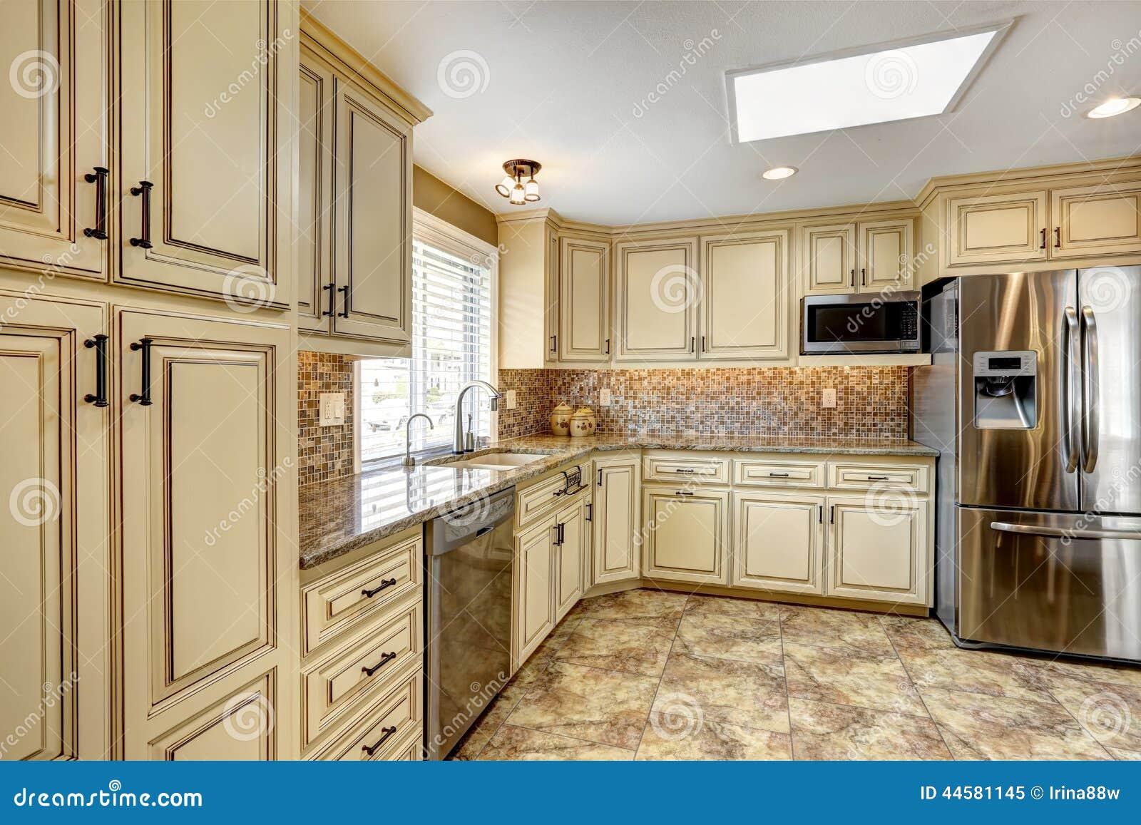 Interno di lusso della cucina con la disposizione e la pavimentazione in piastrelle posteriori - Piastrelle di lusso ...