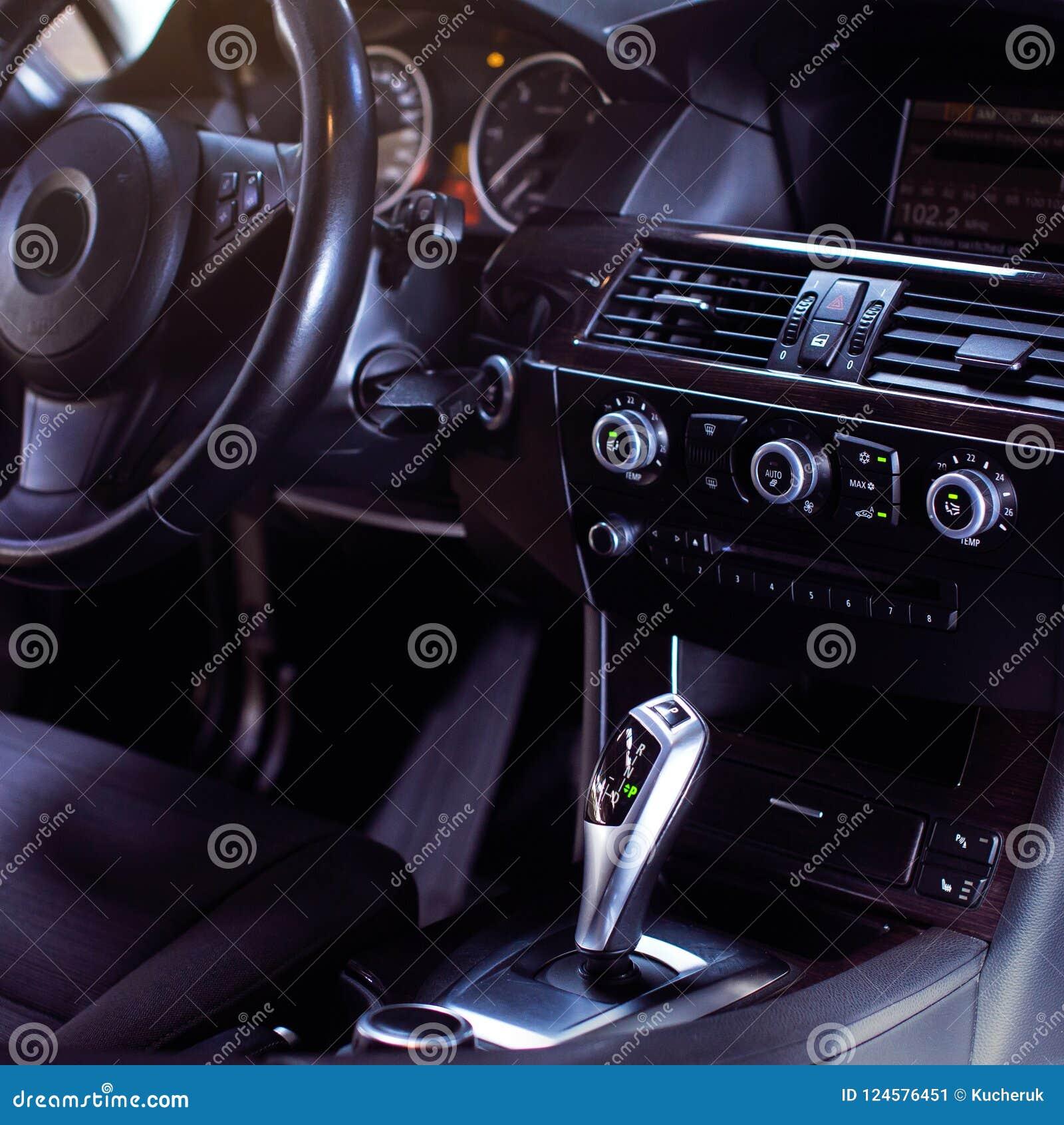Interno di lusso moderno dell automobile - volante, leva dello spostamento e cruscotto