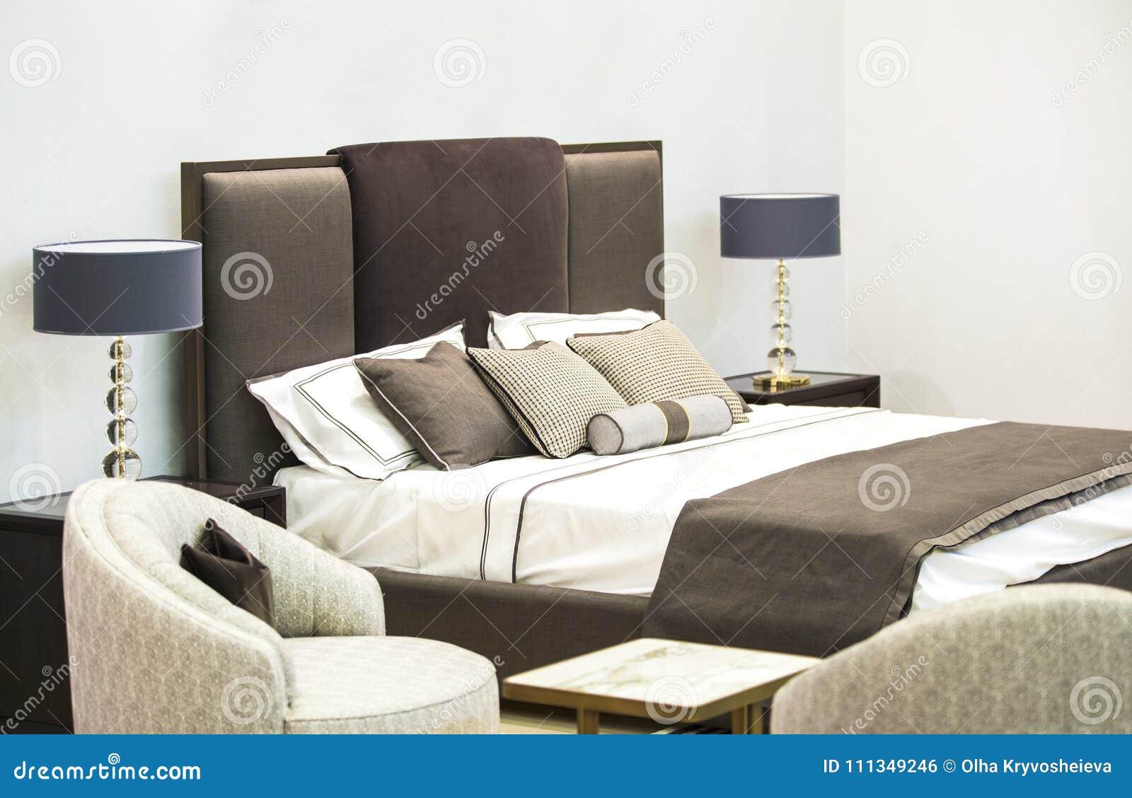 Stunning interno di lusso moderno della camera da letto di una stanza in un hotel con un letto e - Camere da letto originali ...