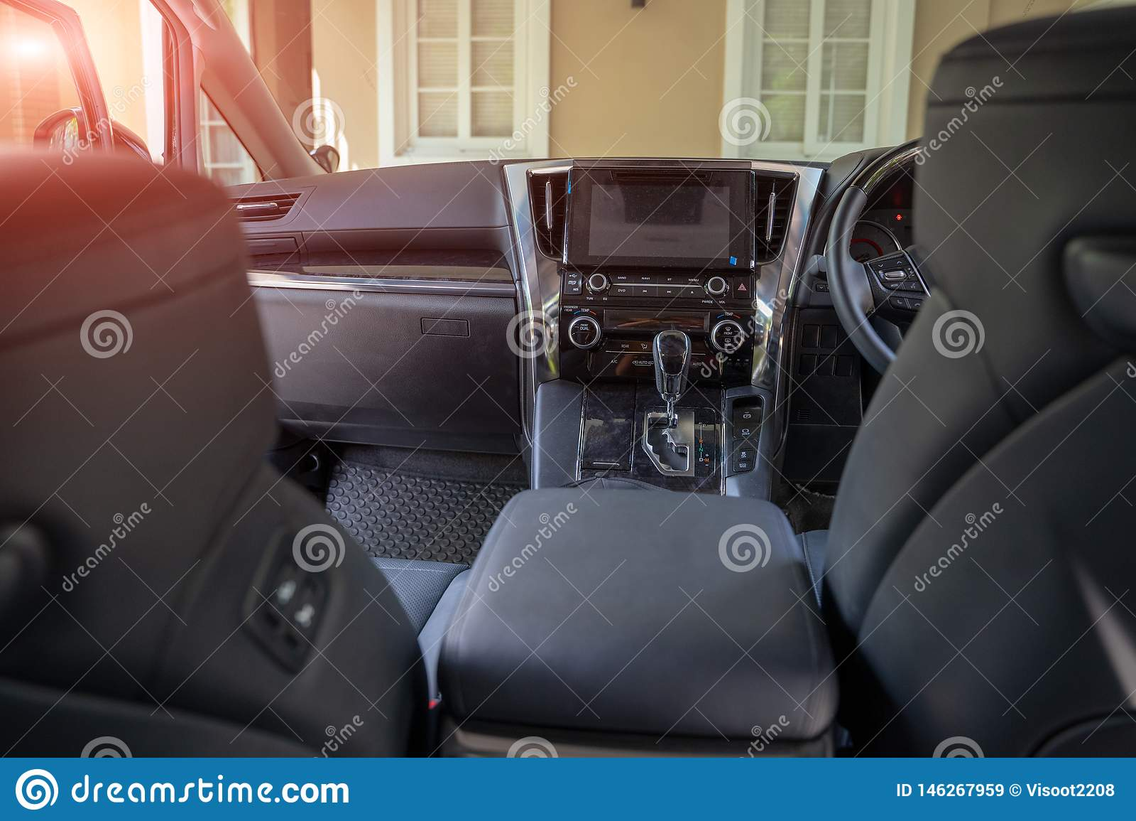 Interno di lusso scuro dell automobile - volante, leva dello spostamento e cruscotto Interiore dell automobile