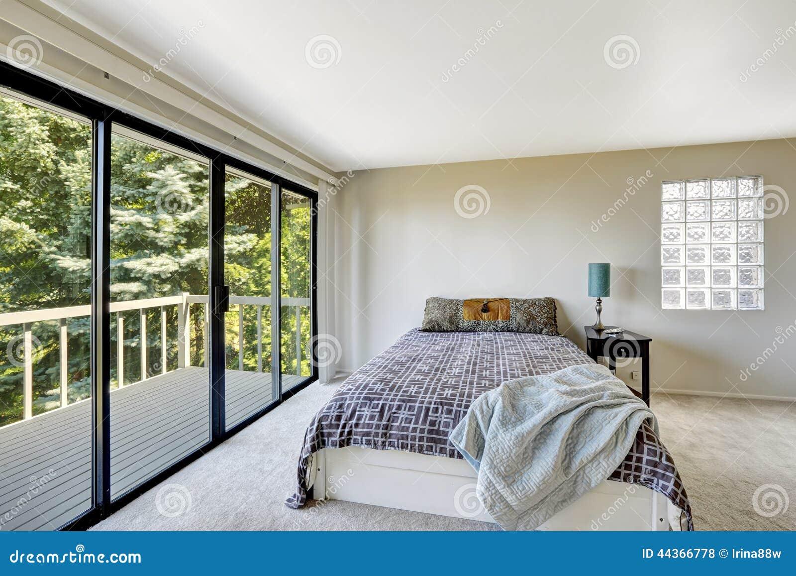 Interno di rinfresco bianco della camera da letto con la piattaforma dell uscire in segno di disapprovazione