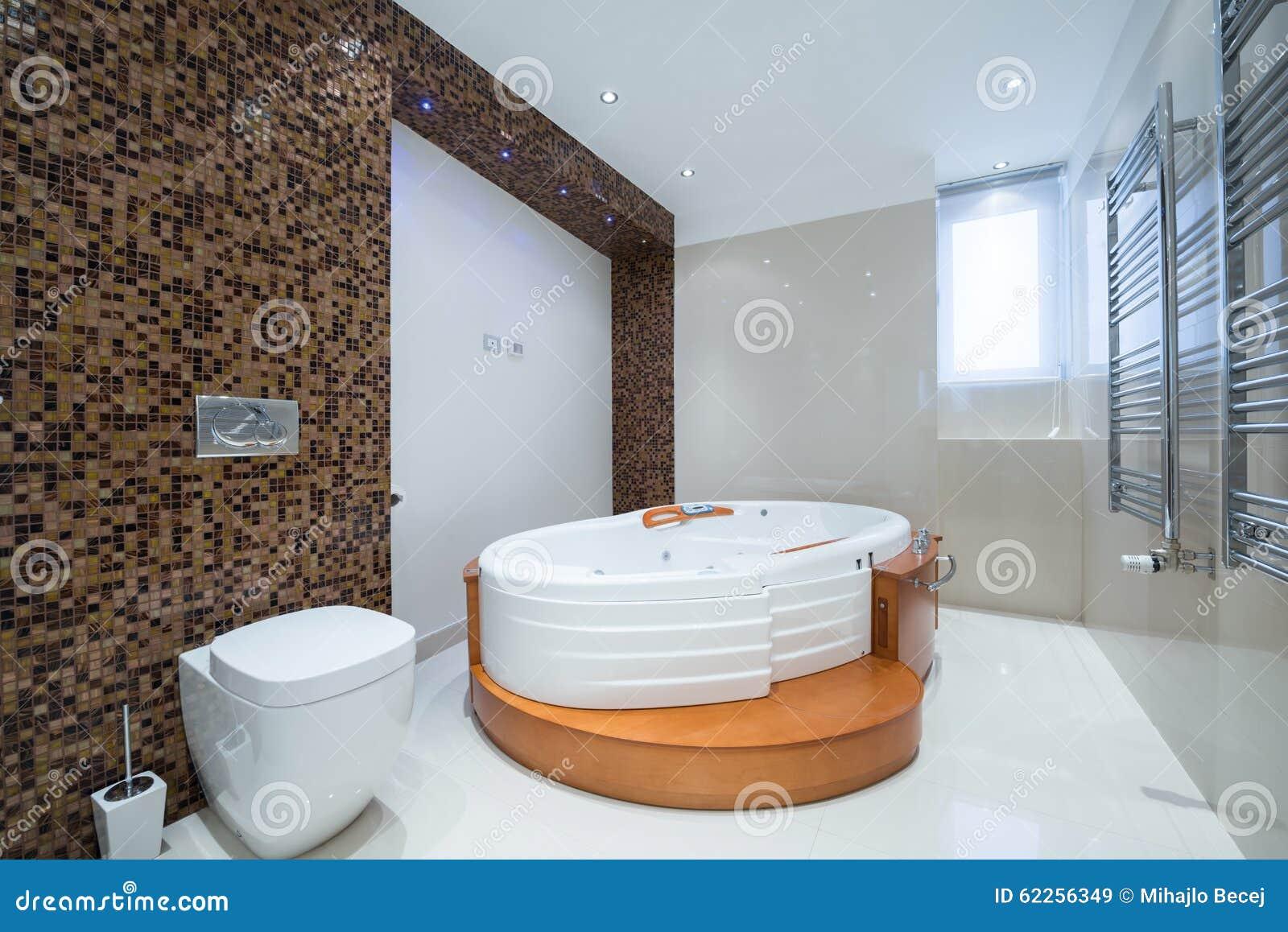 Interno di un bagno di lusso moderno con la vasca della - Bagno moderno con vasca ...