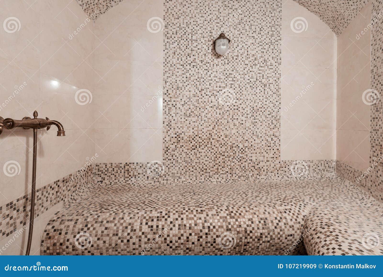 Interno di un bagno turco con la piastrella di ceramica nello