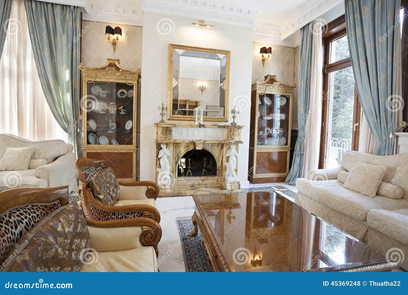 Interni Villa Di Lusso : Interno di un salone con il camino in villa di lusso fotografia