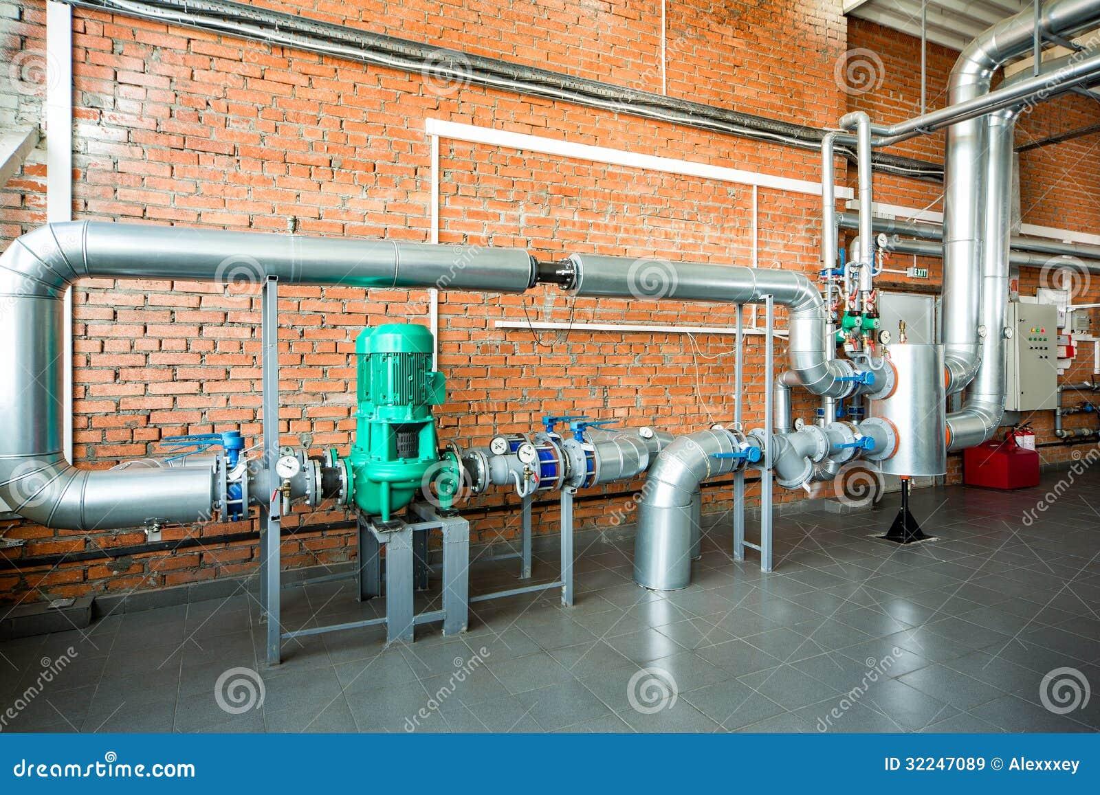 Interno di una caldaia industriale con i tubi e le pompe - Caldaia da interno ...