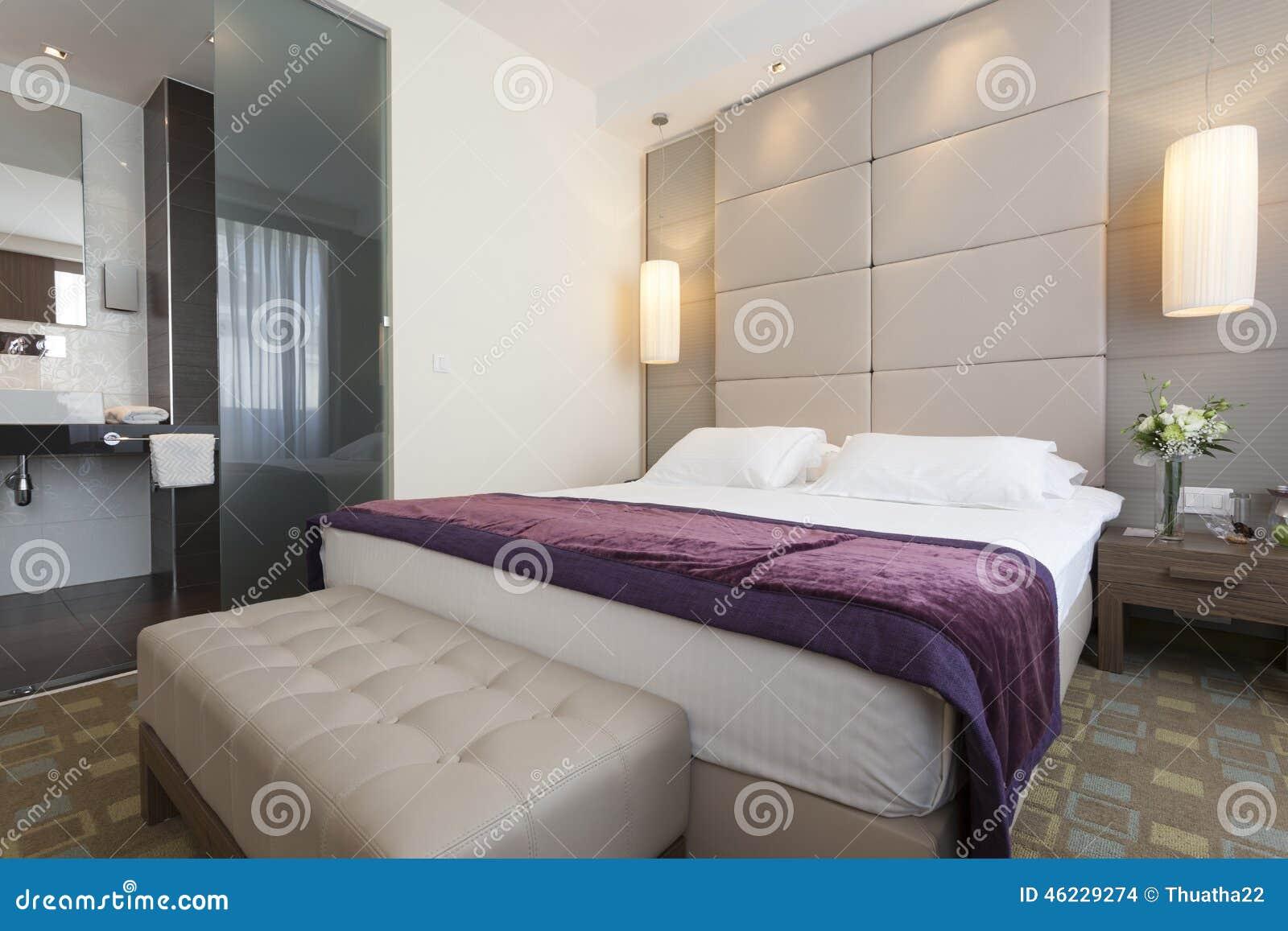 Camera Da Letto E Stanza Da Bagno Dell\'appartamento Di Lusso ...