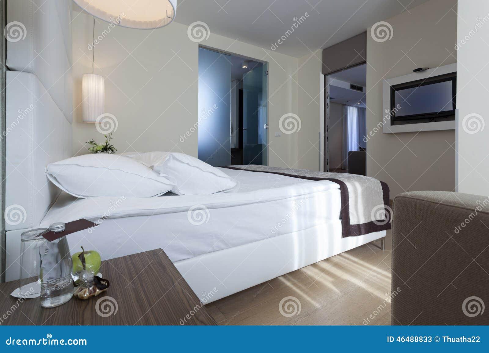 Interno di una camera da letto dell 39 albergo di lusso con - Camera con bagno ...