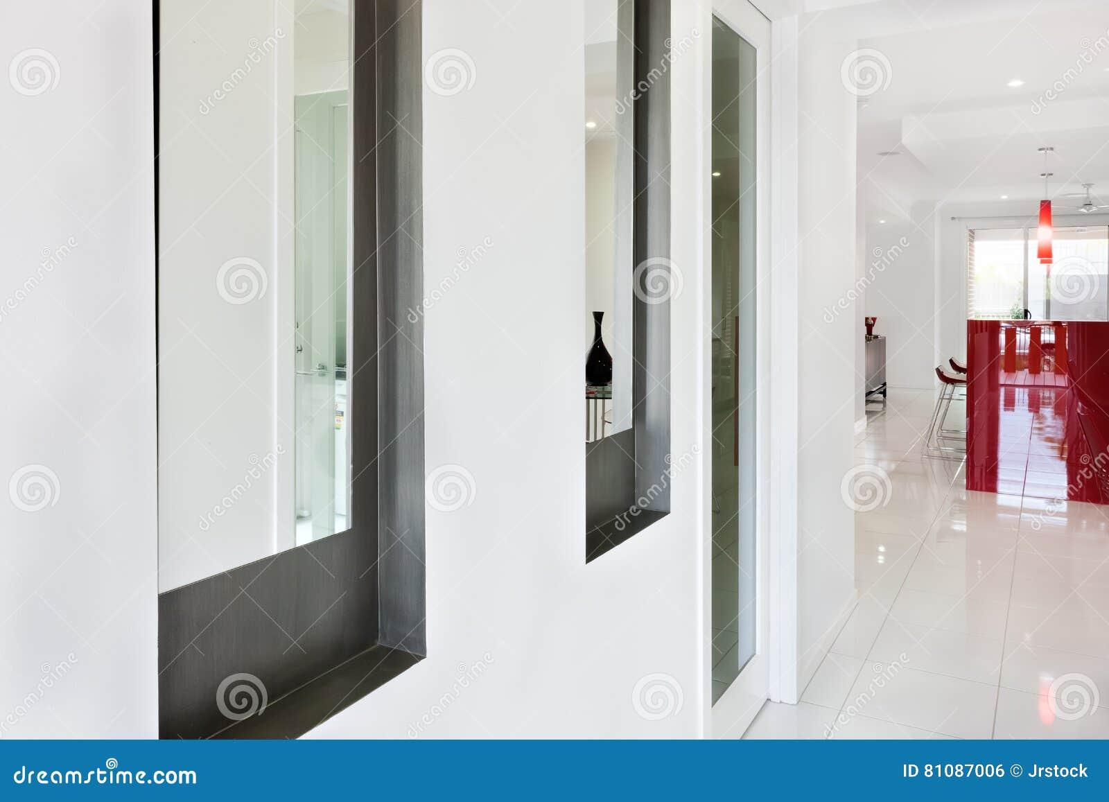 Interno di una casa moderna con il corridoio e vista vicina di un