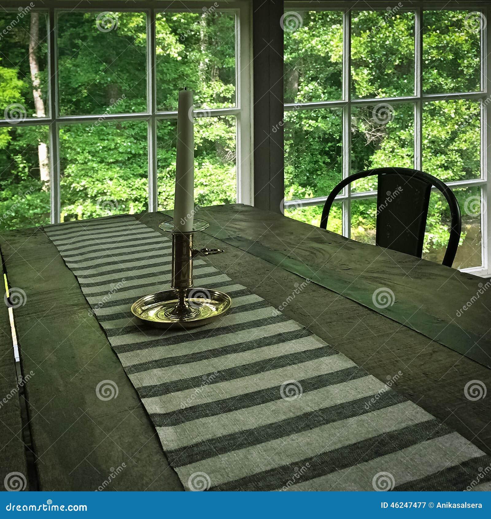 Interno di una casa rustica con la tavola di legno for Interno di una casa