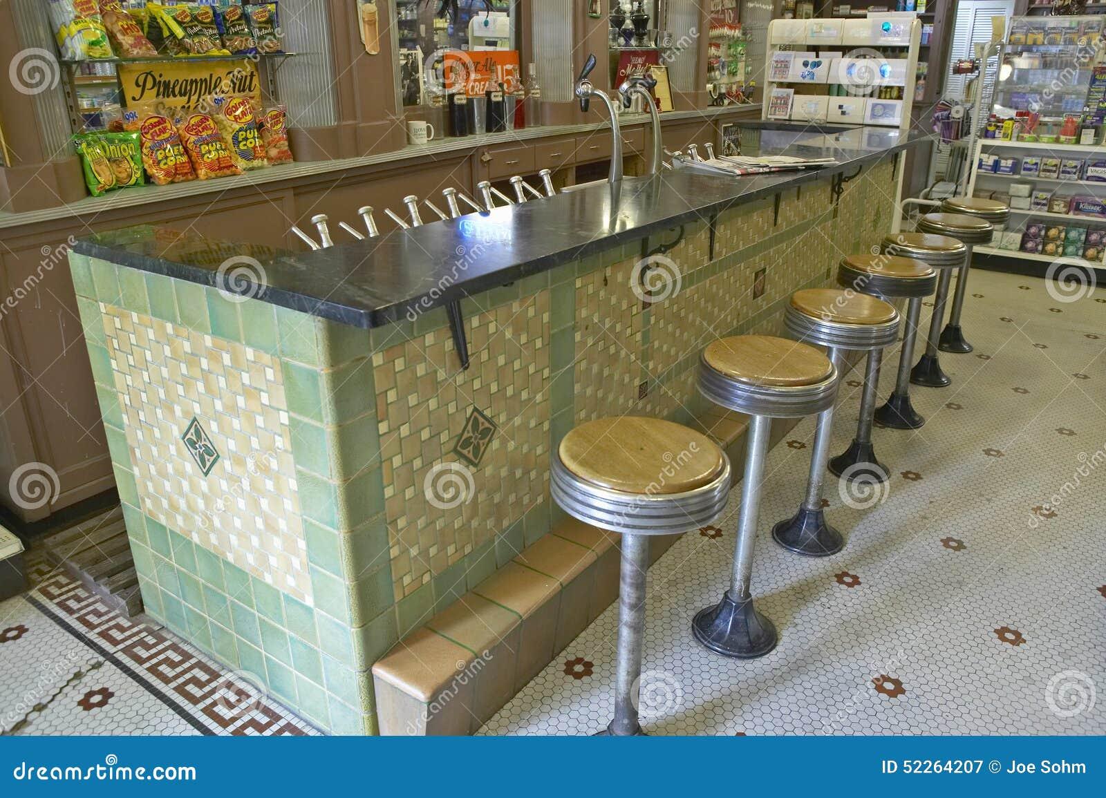 Interno di vecchio minimarket con gli sgabelli da bar e della