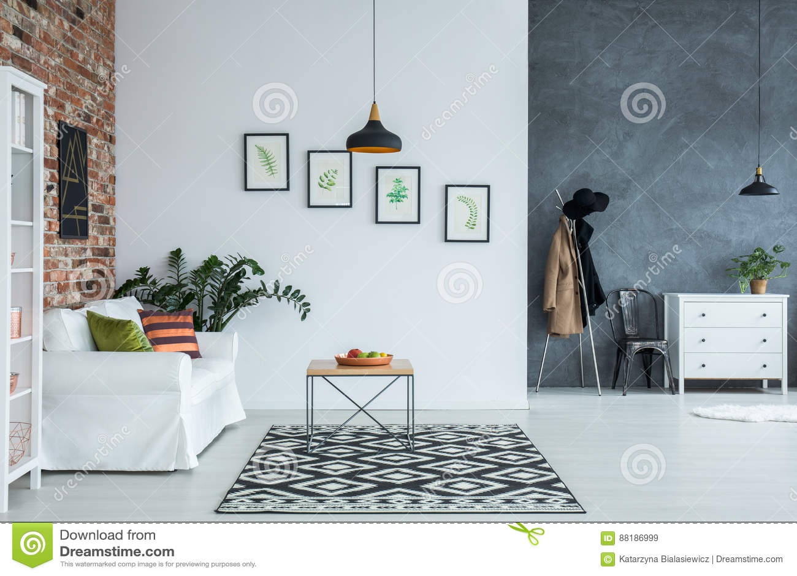 Interno domestico luminoso con il sofà
