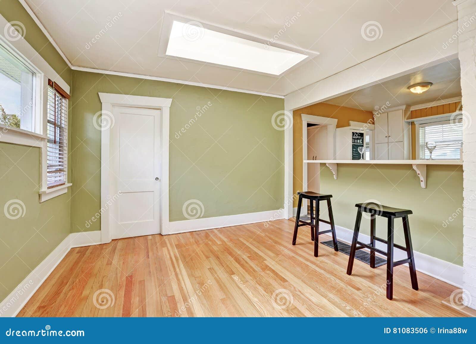 Interno a forma di u della stanza della cucina con gli sgabelli da