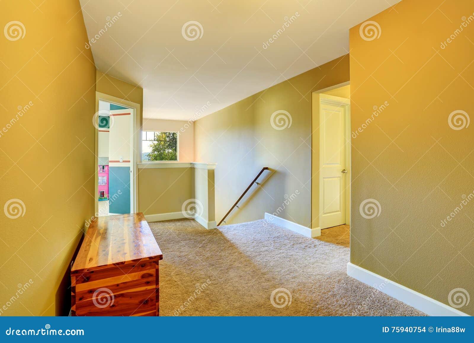 Interno giallo di corridoio con tappeto beige ed il petto - Il tappeto del corridoio ...