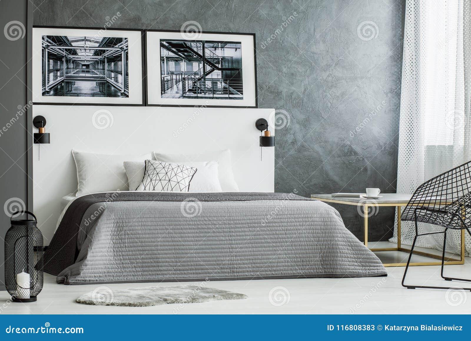 Interno grigio della camera da letto con i manifesti