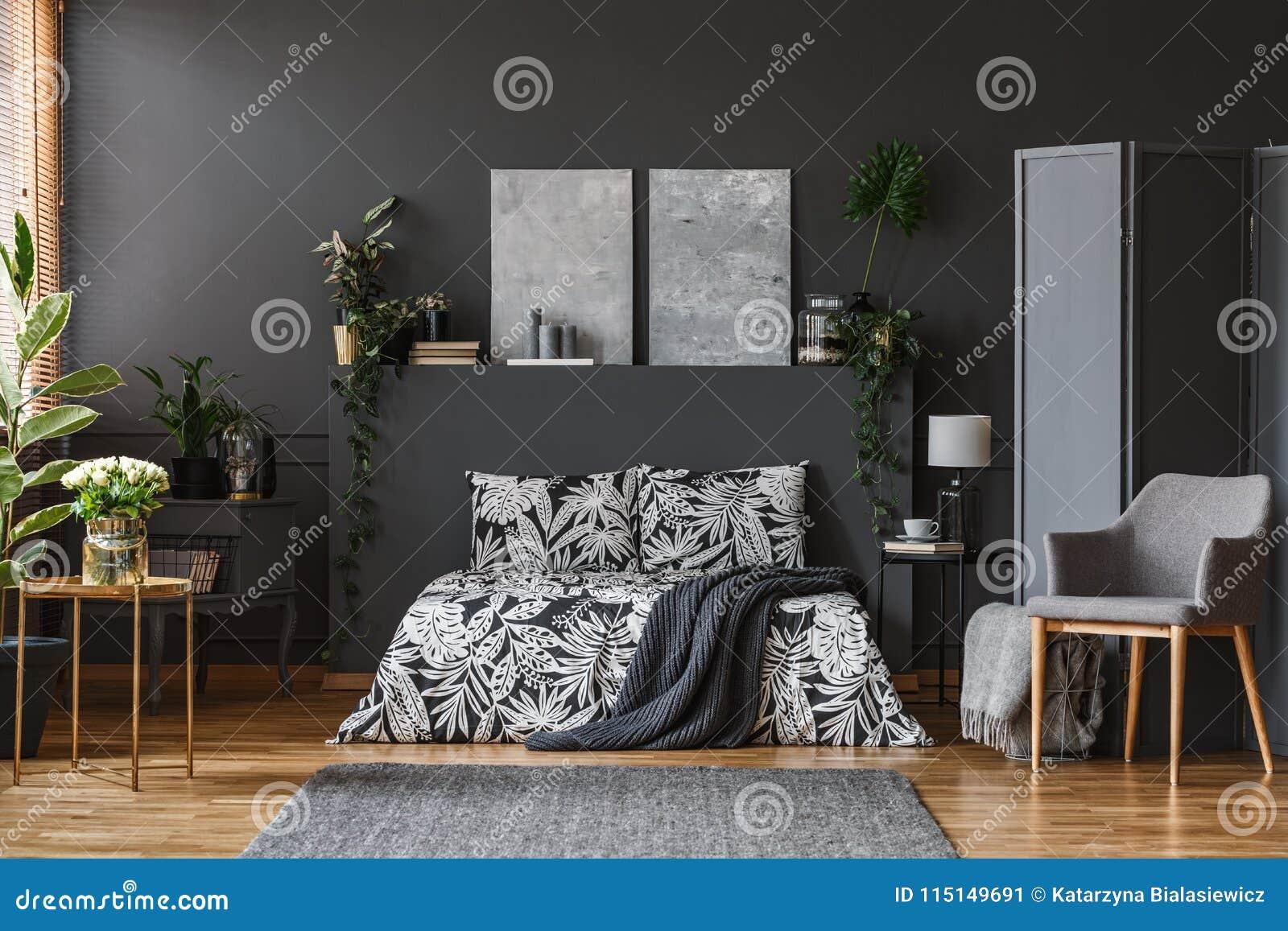 Letto Grigio Scuro : Interno grigio scuro della camera da letto immagine stock immagine
