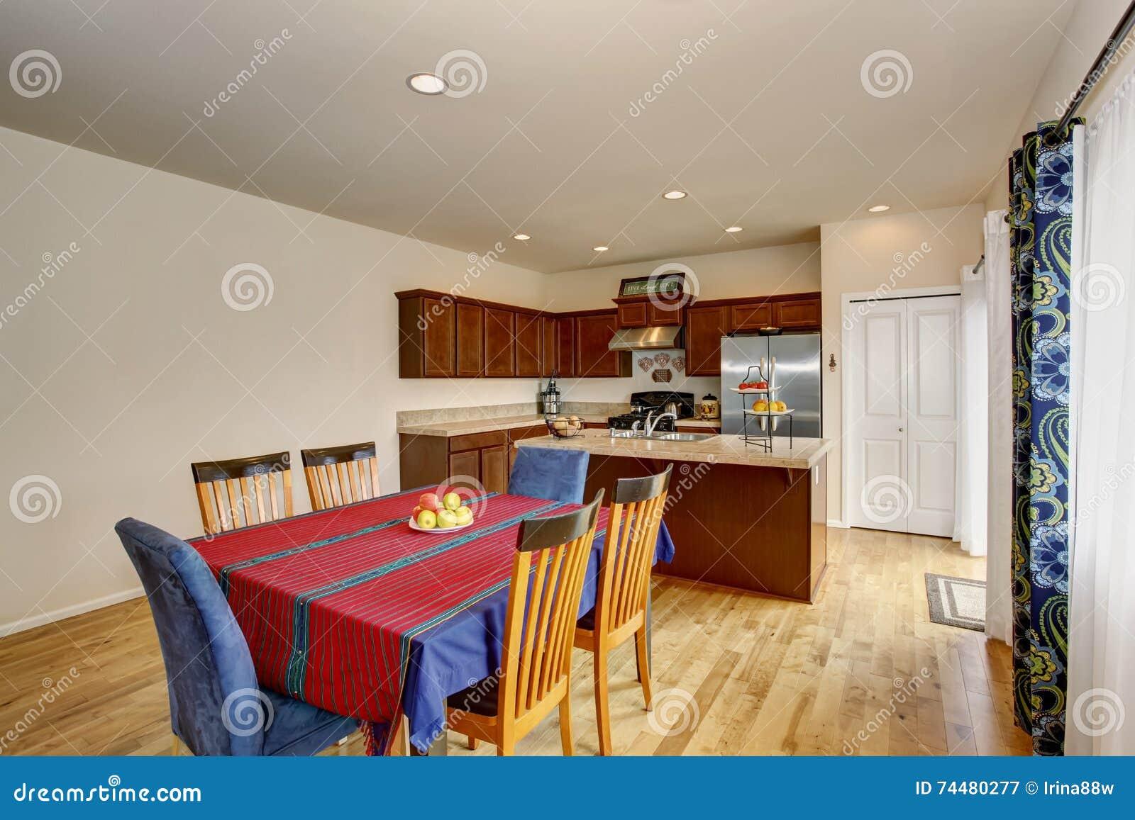 Interno luminoso della sala da pranzo e della cucina con for Cucina con sala da pranzo