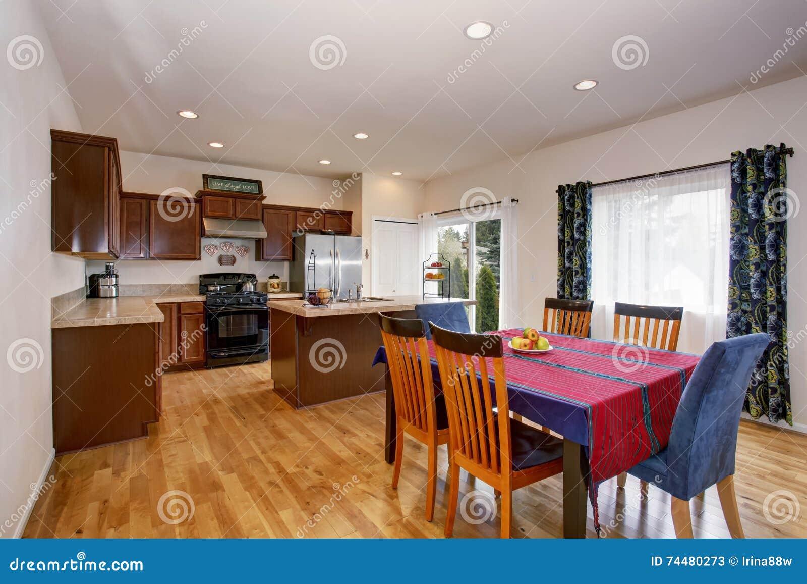 Tende Sala E Cucina interno luminoso della sala da pranzo e della cucina con le