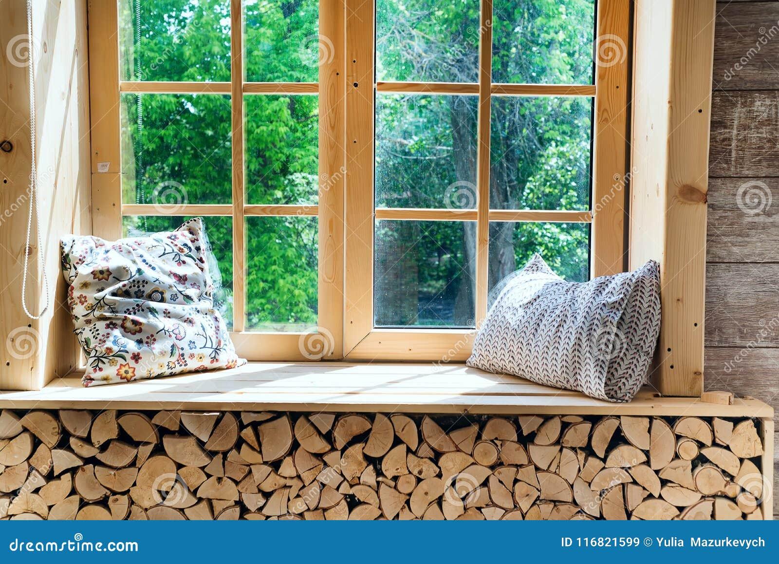Davanzale Interno Della Finestra interno luminoso della stanza con le tende, il davanzale di