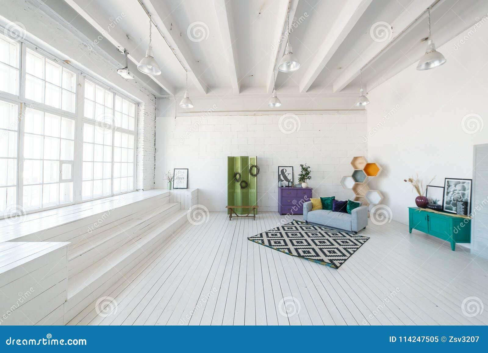 Soffitti In Legno Bianchi : Caffè bianco soffitto in legno poster u foto stock