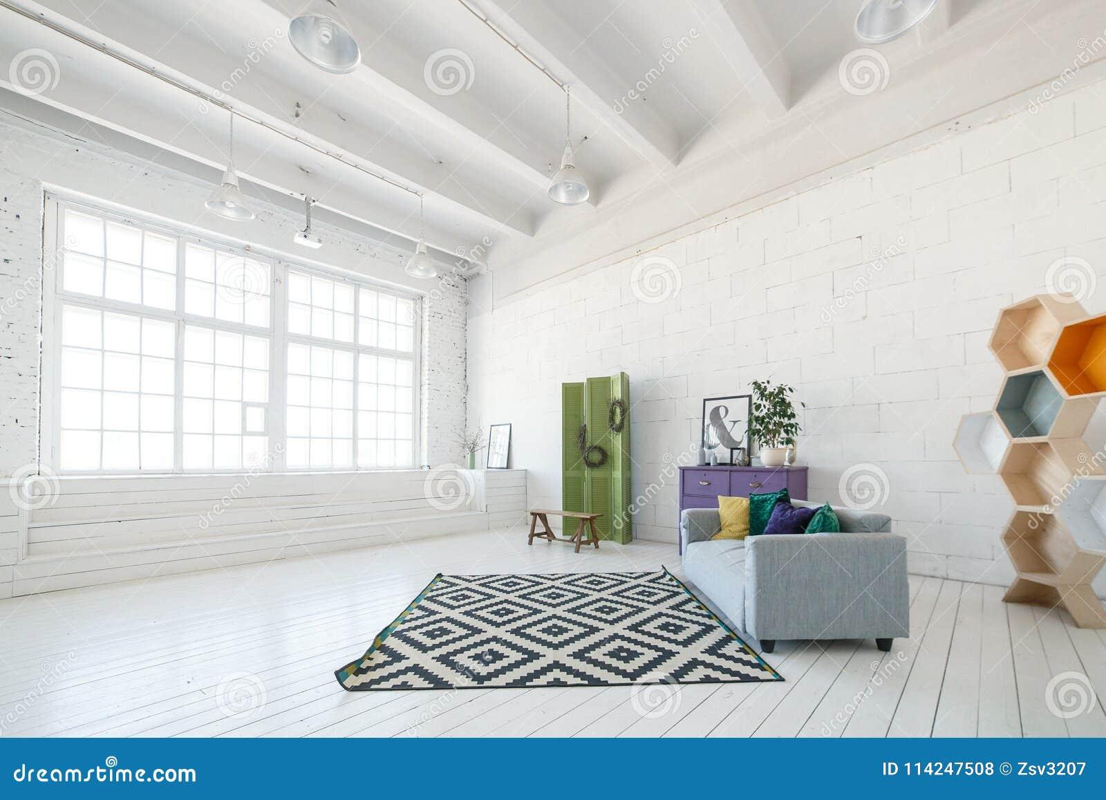 Soffitti In Legno Bianco : Interno luminoso dello studio o del salone della foto con la grande