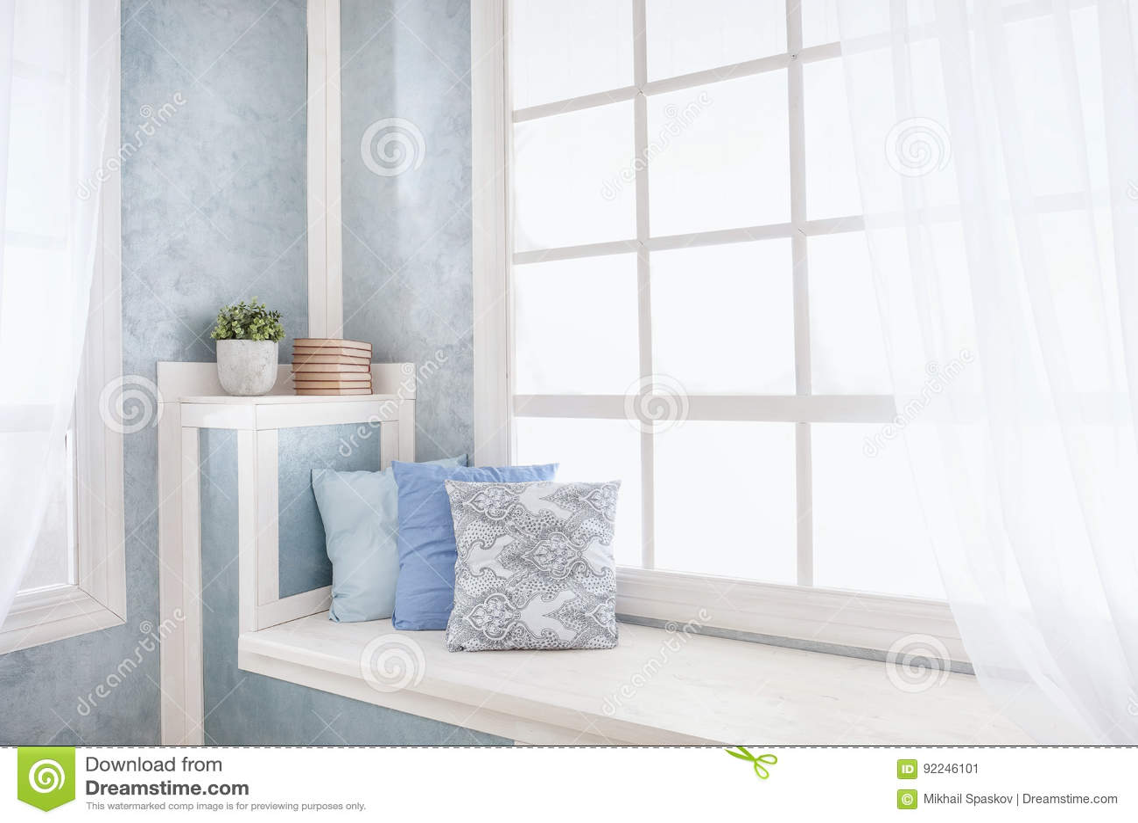Davanzale Interno Della Finestra interno luminoso, finestra con le tende immagine stock