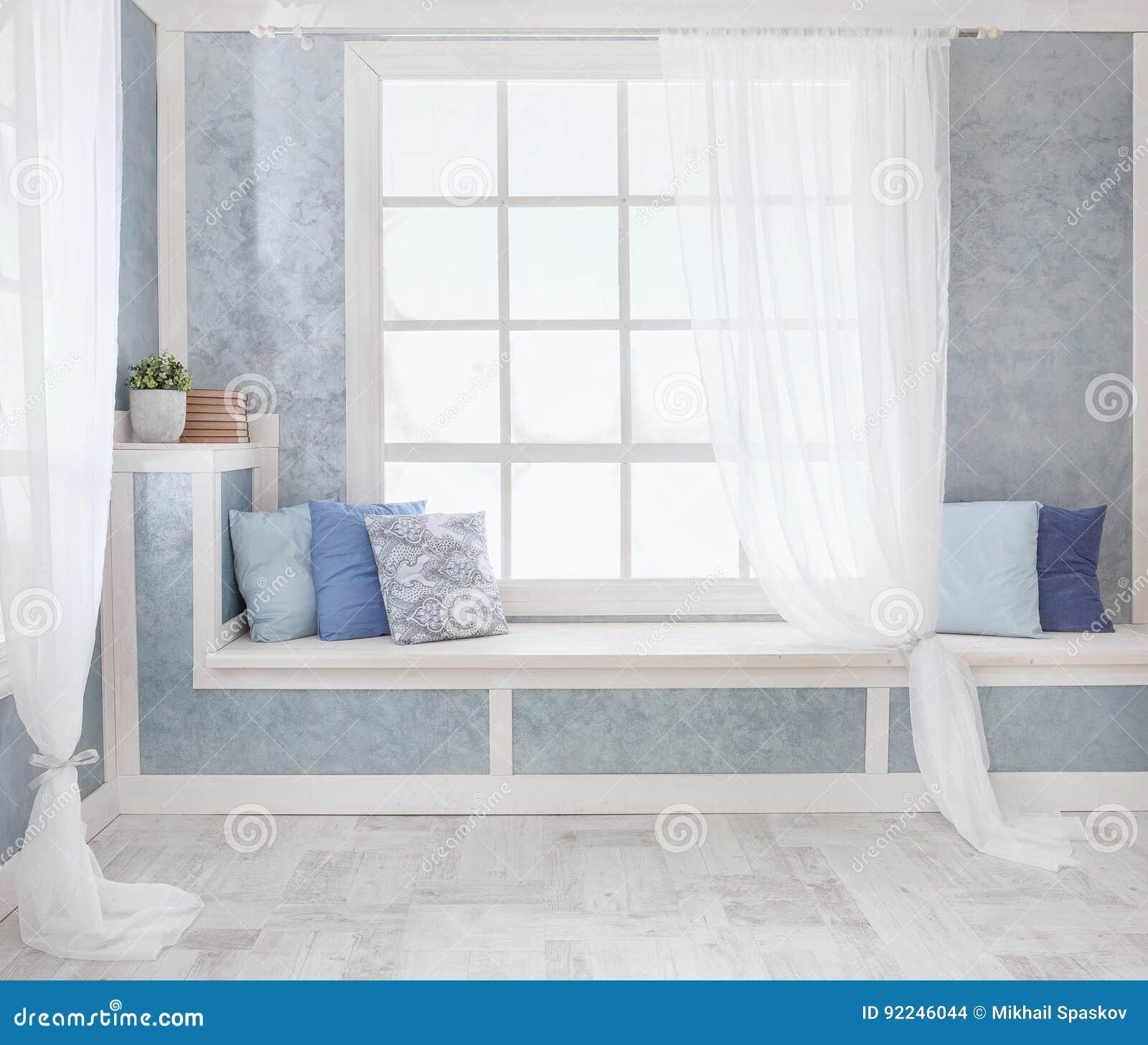 Davanzale Interno Della Finestra interno luminoso, finestra con le tende, davanzale bianco