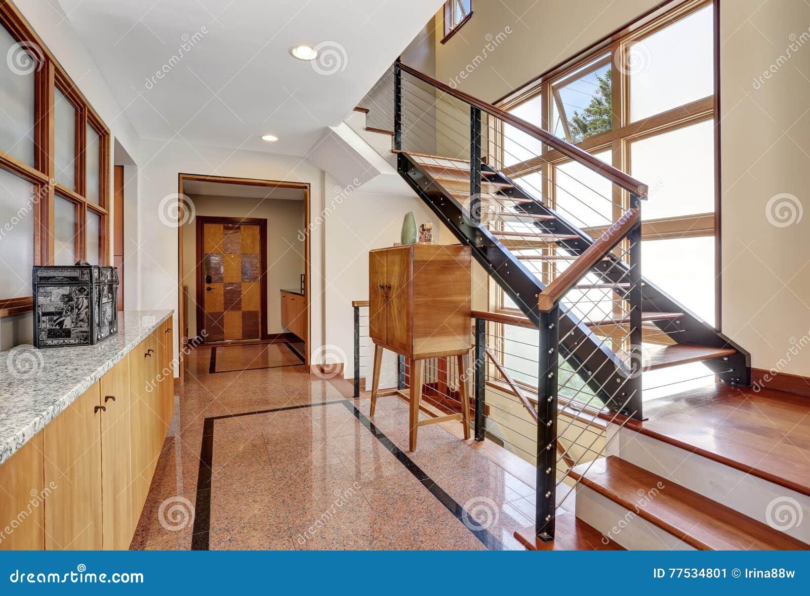 Interno lungo di corridoio con la pavimentazione lucidata delle mattonelle del granito immagine - Mattonelle da interno ...