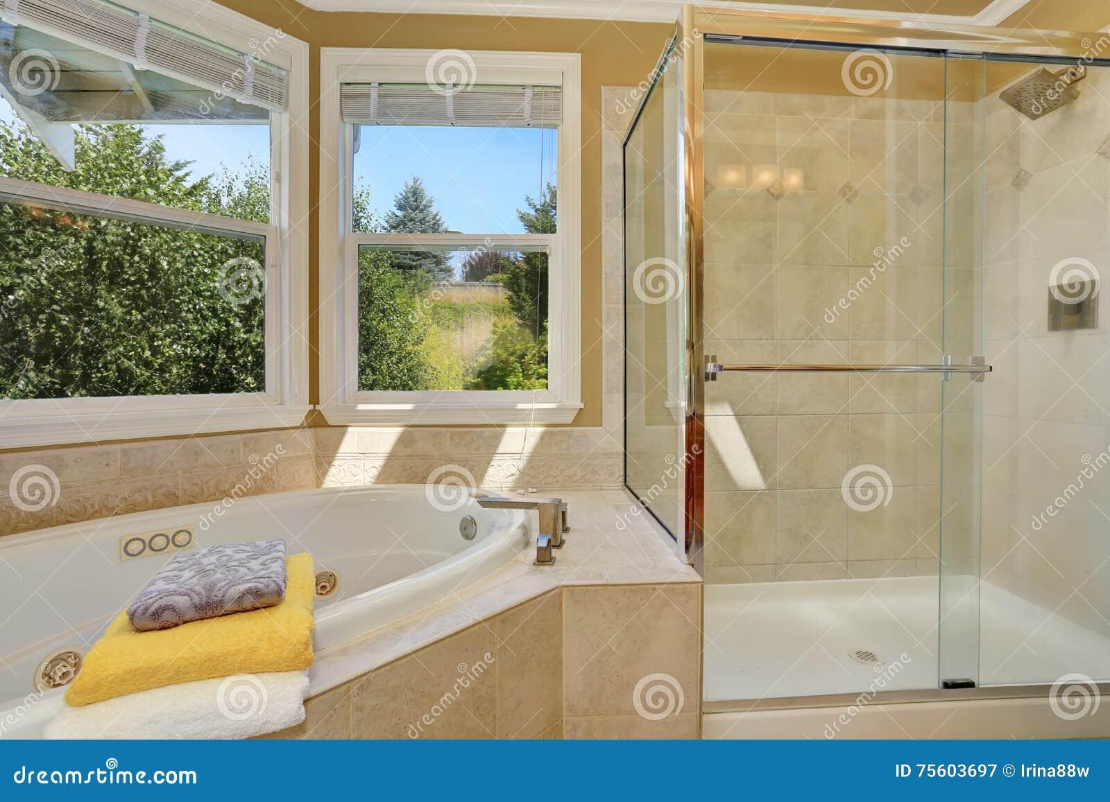 interno lussuoso del bagno nel colore beige caldo fotografia stock immagine 75603697. Black Bedroom Furniture Sets. Home Design Ideas