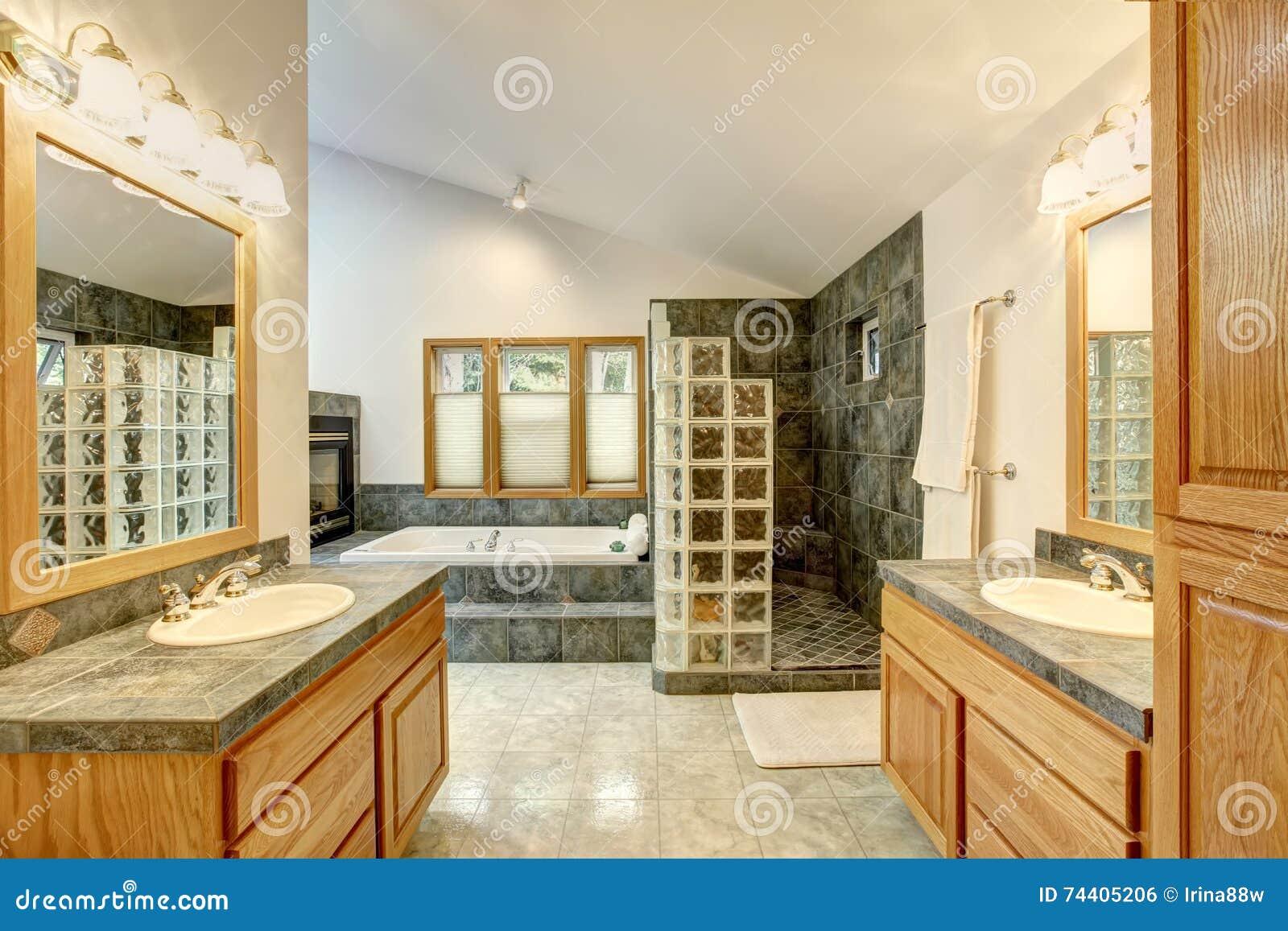 Interno matrice del bagno con la pavimentazione delle mattonelle