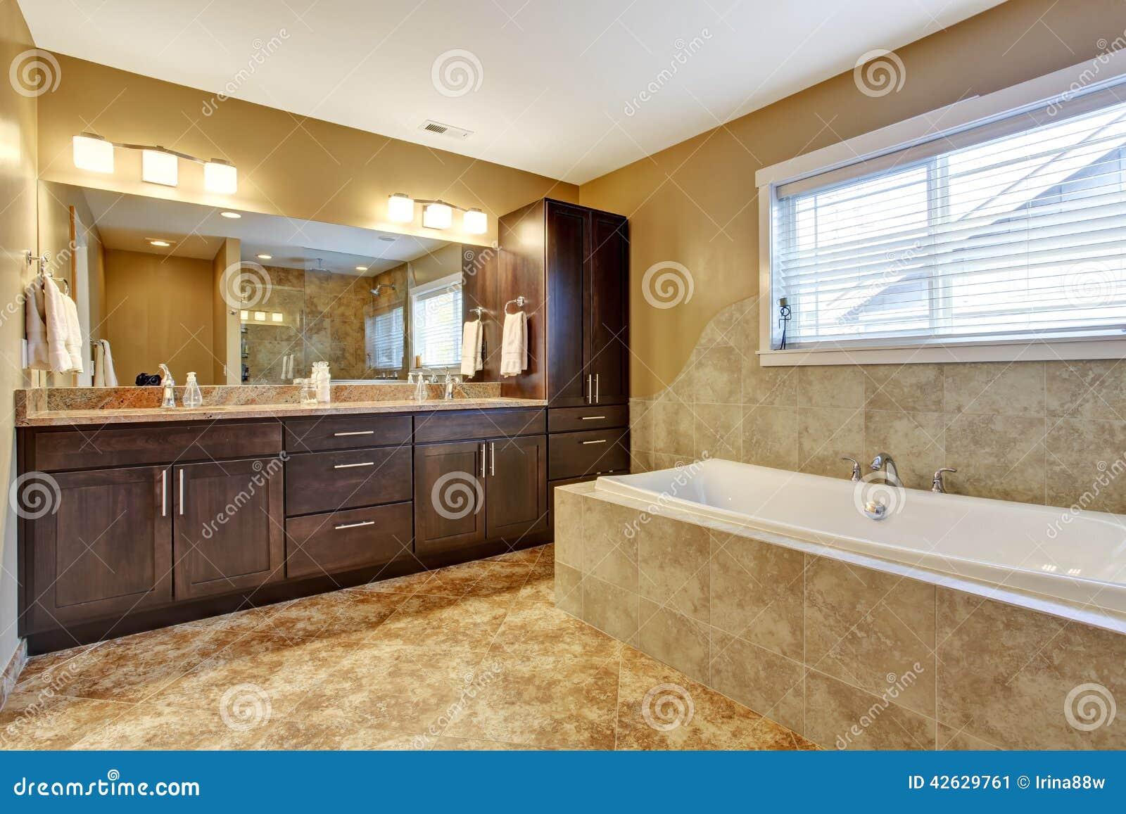 Bagno Marrone Moderno : Interno moderno del bagno con i gabinetti di marrone scuro