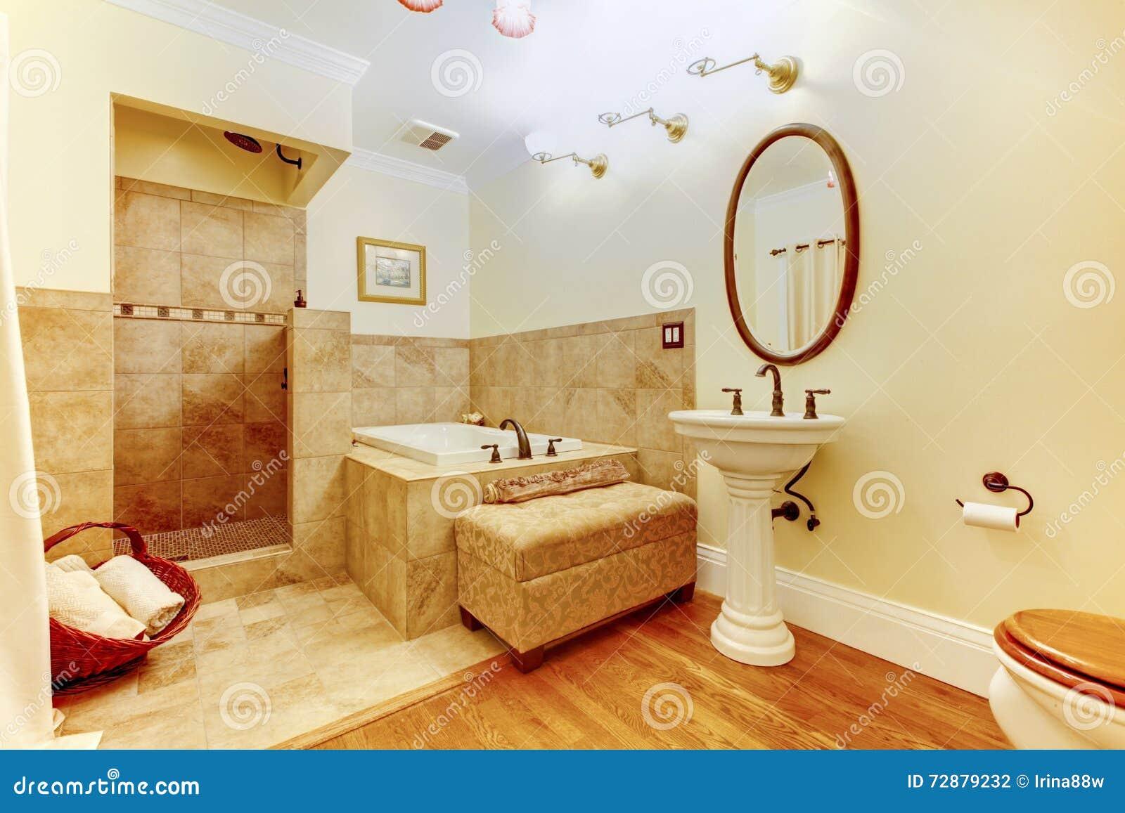 Interno moderno del bagno con il pavimento di legno duro - Pavimento interno moderno ...