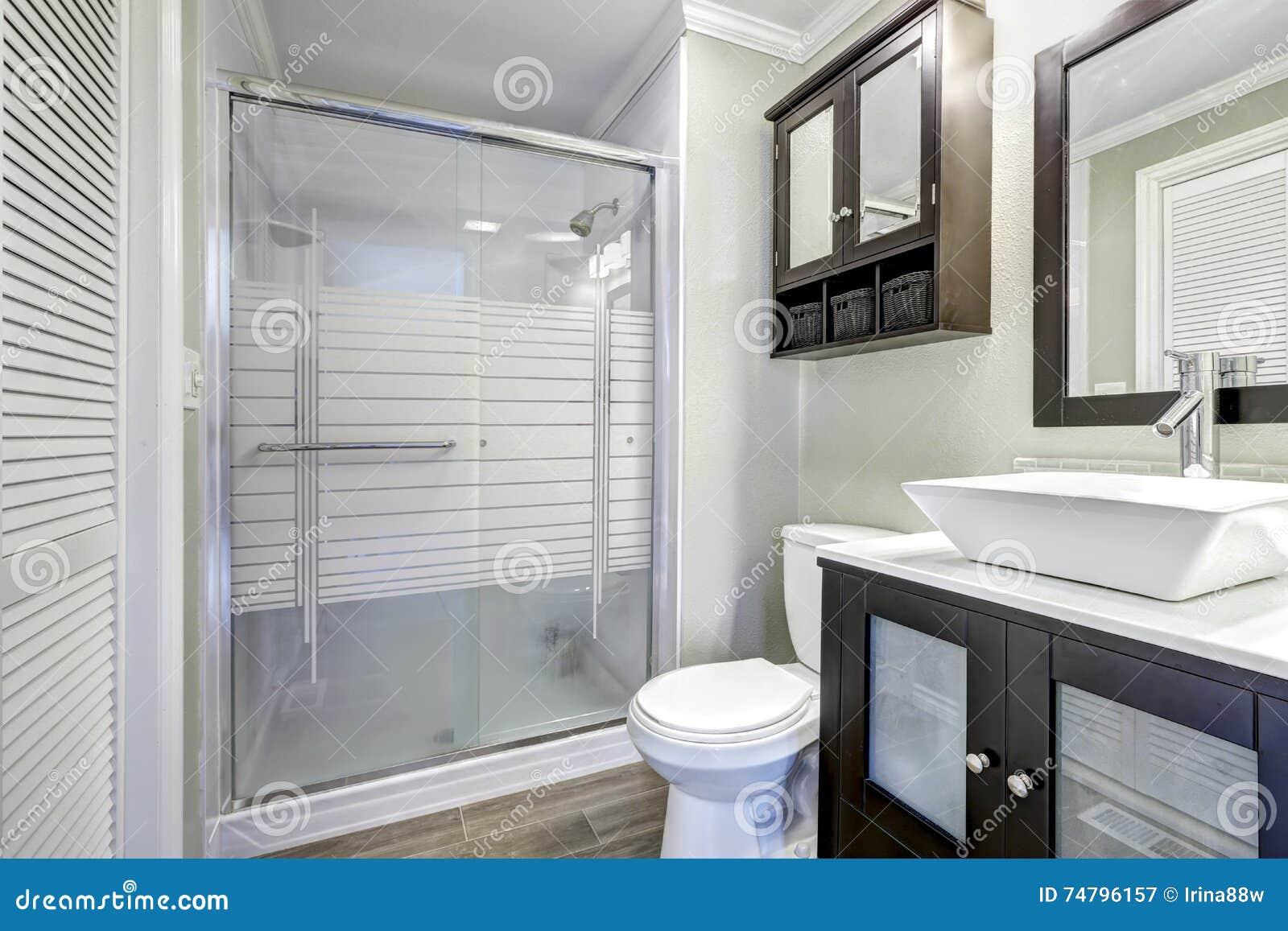 Interno moderno del bagno con la doccia e la - Piastrelle di vetro ...