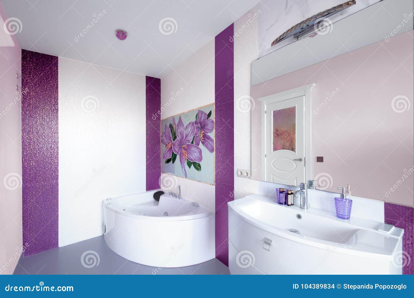 Vasca Da Bagno Con Pannelli : Interno moderno del bagno con un pannello del mosaico agai bianco