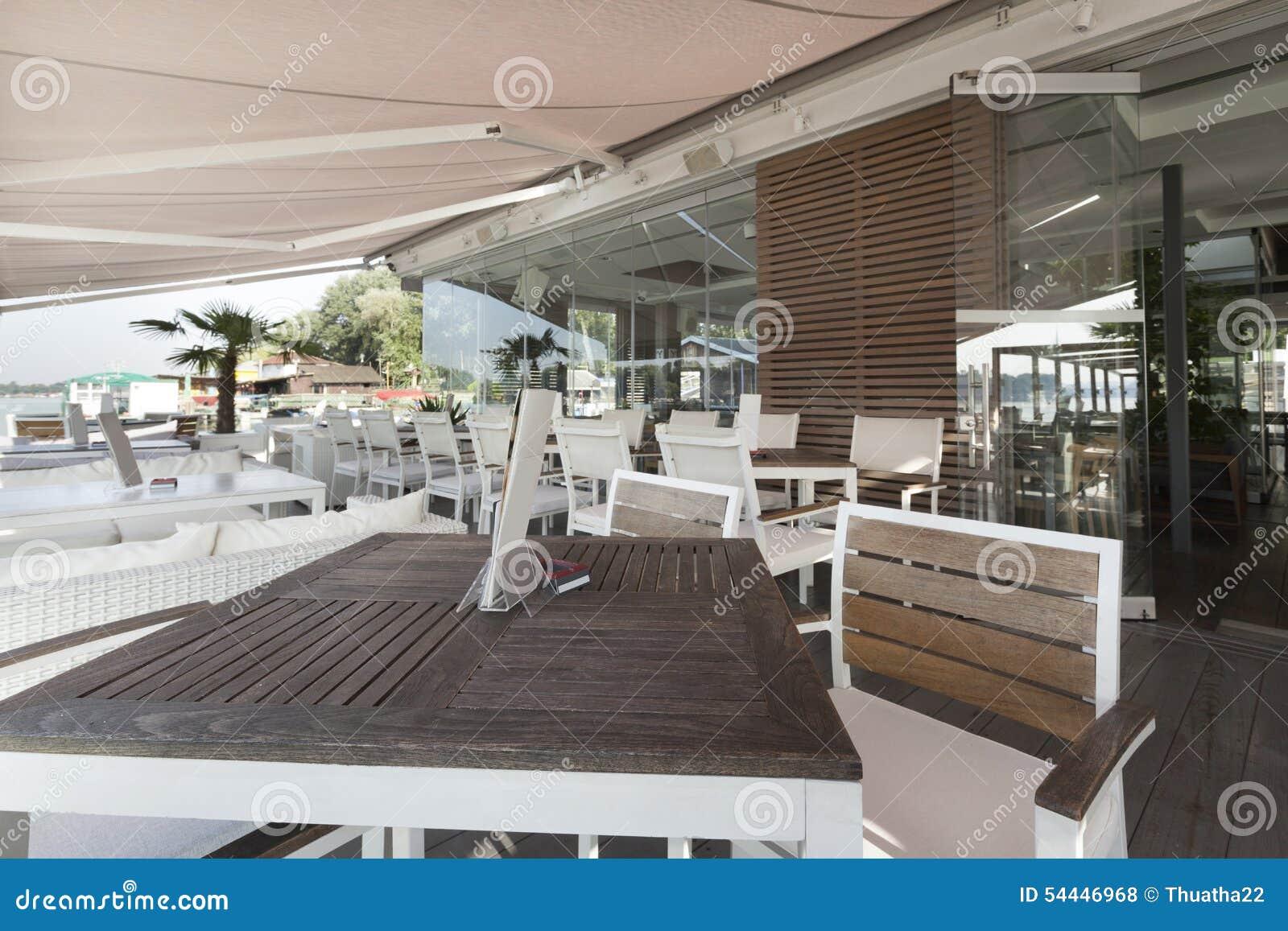 Interno moderno del caffè della riva del fiume di mattina
