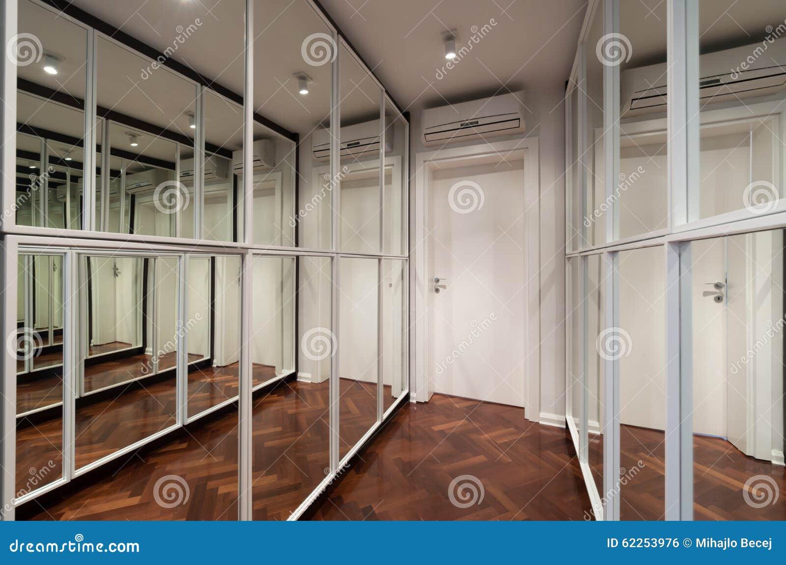 Interno moderno del corridoio con le porte del guardaroba dello specchio fotografia stock - Le regole dello specchio ...