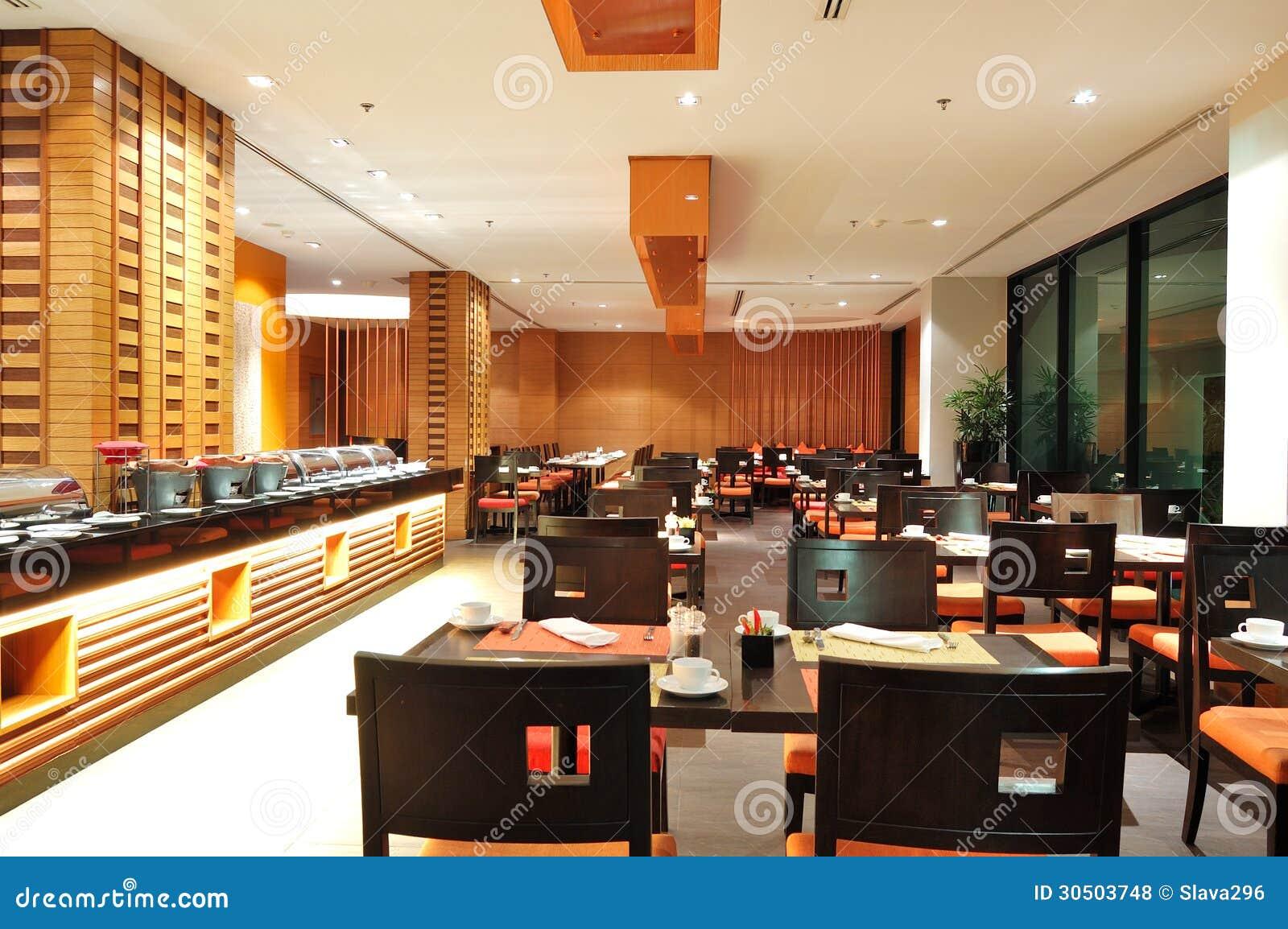 Interno moderno del ristorante nell illuminazione di notte