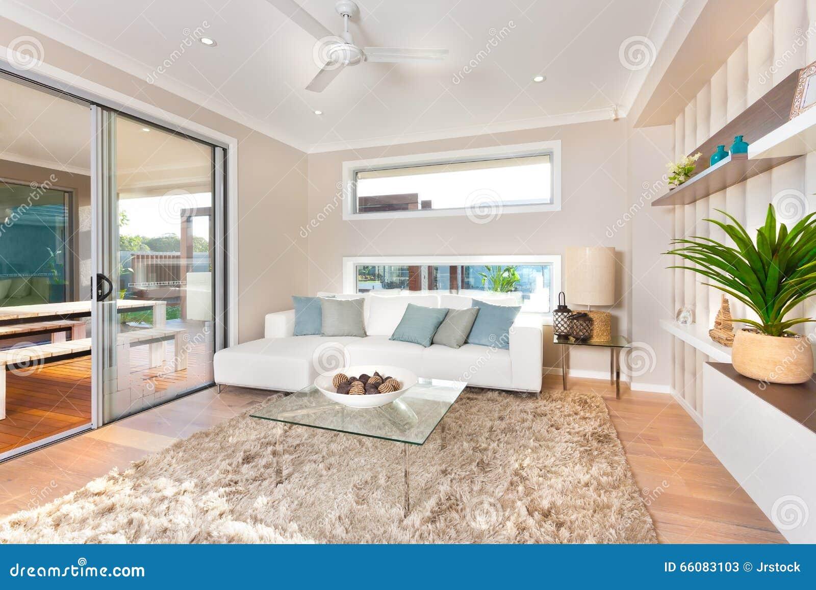 Interno moderno del salone di una casa di lusso immagine for Interno di una casa