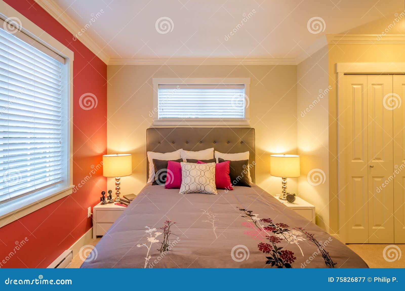 Parete Camera Da Letto Rossa : Parete camera da letto bordeaux dipingere camera da letto due