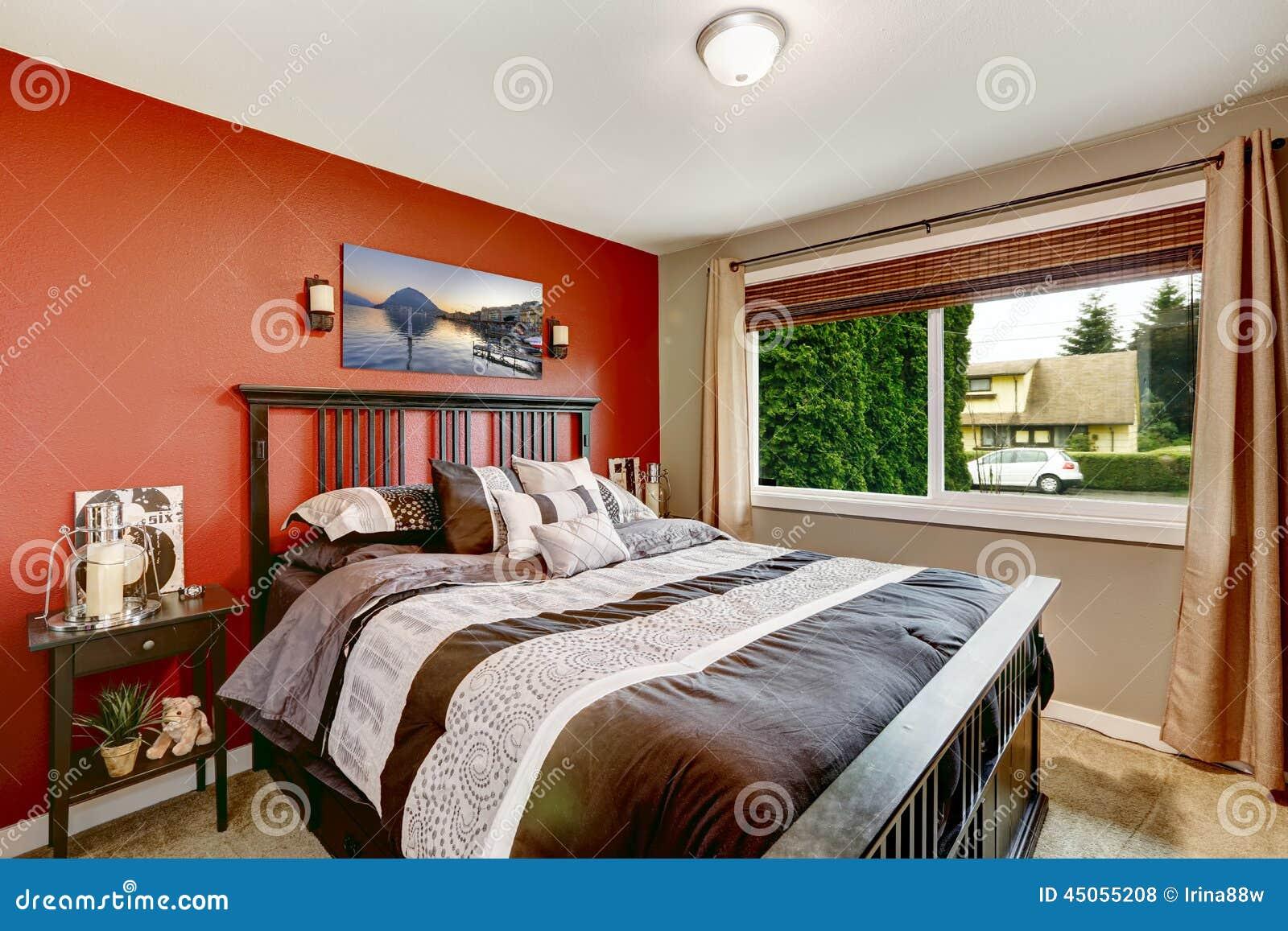 Interno moderno della camera da letto con le pareti di colore di contrasto fotografia stock - Camera da letto pareti ...