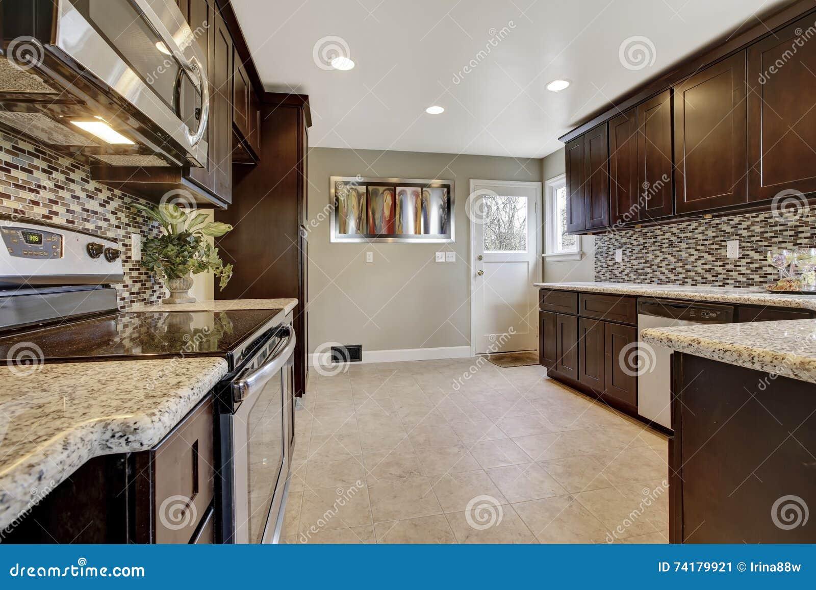 Interno moderno della cucina con i gabinetti di stoccaggio for Interno moderno