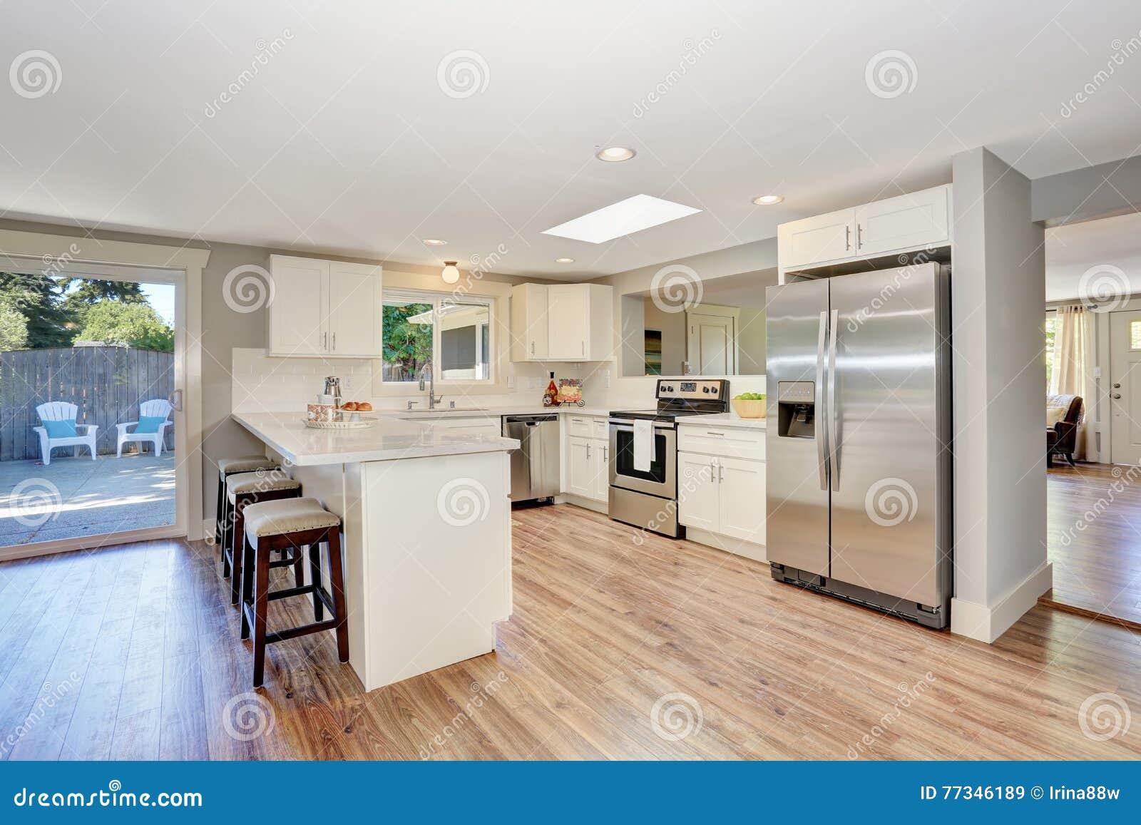Interno moderno della stanza della cucina nei toni bianchi for Pavimento interno moderno
